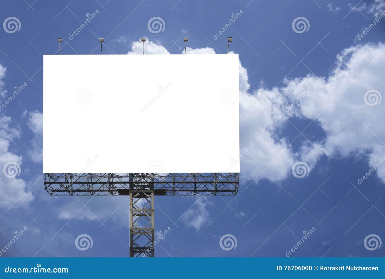 Пустая большая афиша против предпосылки голубого неба, для вашей рекламы, положила ваш собственный текст здесь, белизна изолята н