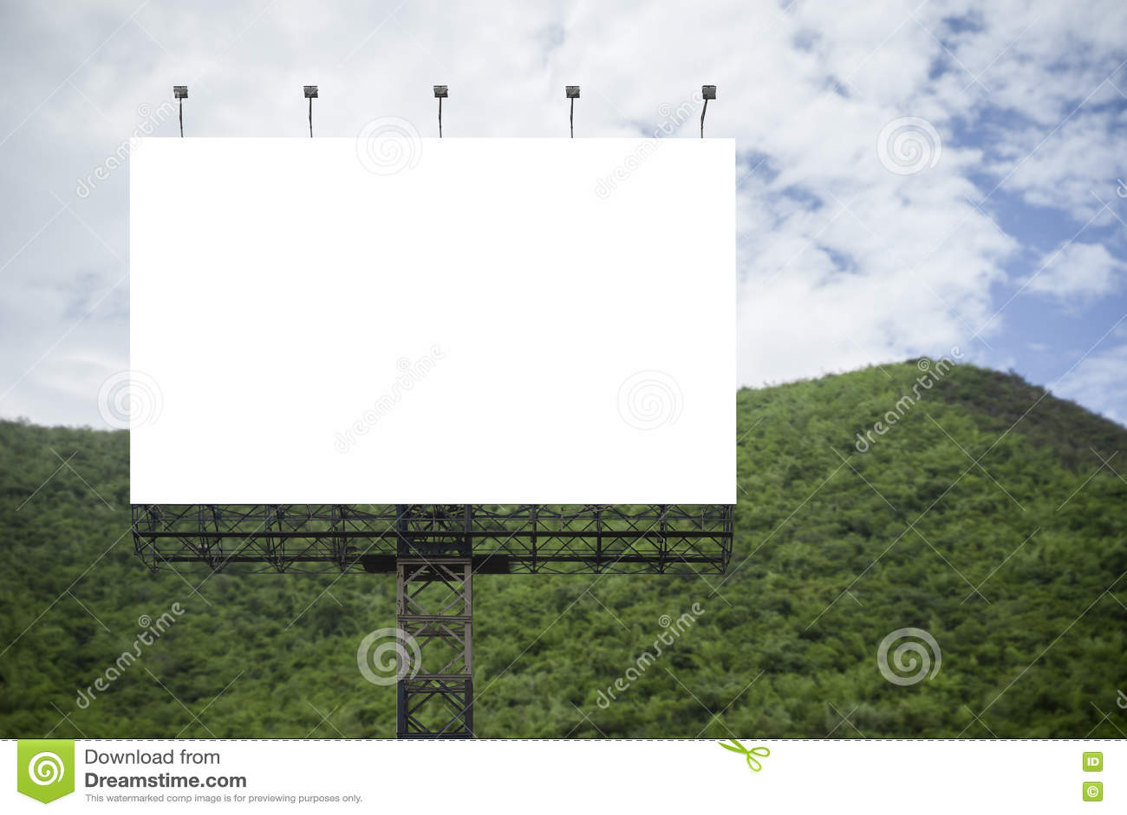 Пустая большая афиша против предпосылки зеленой горы и голубого неба, для вашей рекламы, положила ваш собственный текст здесь