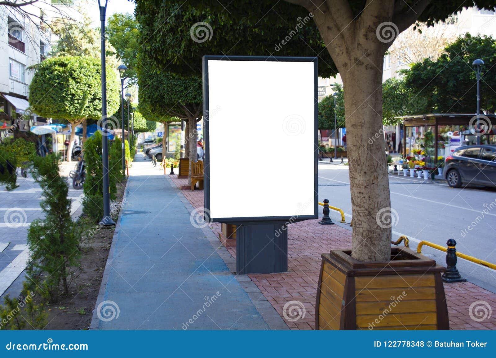 Пустая вертикальная стойка афиши улицы с предпосылкой города Пустая стойка плаката афиши улицы на предпосылке города illustratio