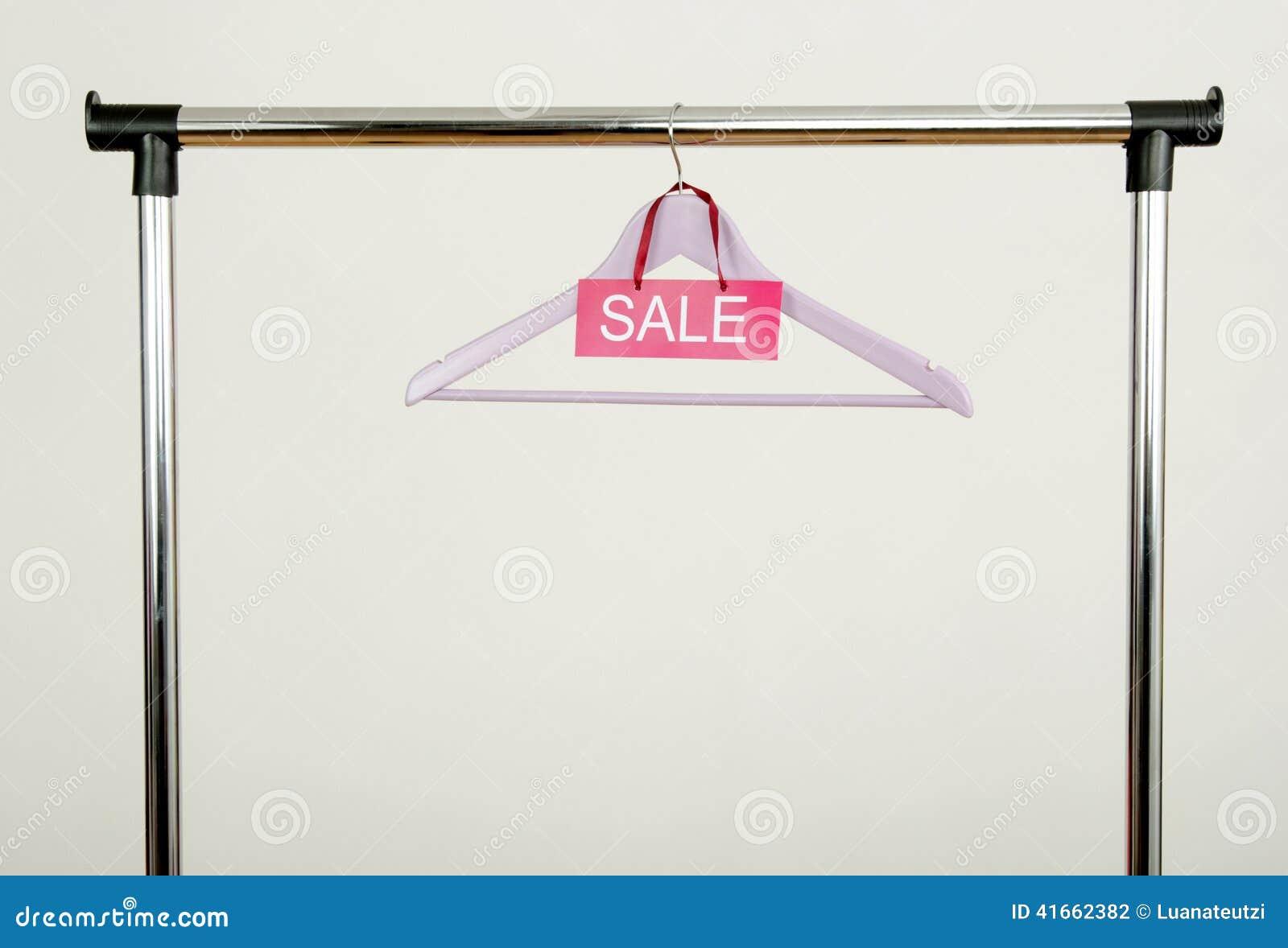 Пустая вешалка на шкафе одежд с знаком продажи