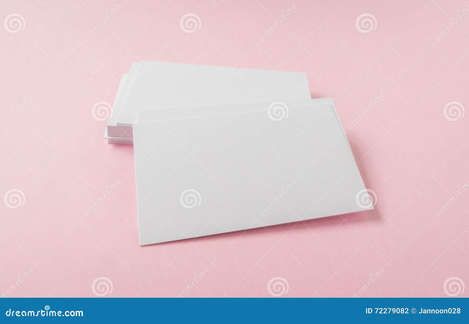 Пустая визитная карточка на розовой предпосылке