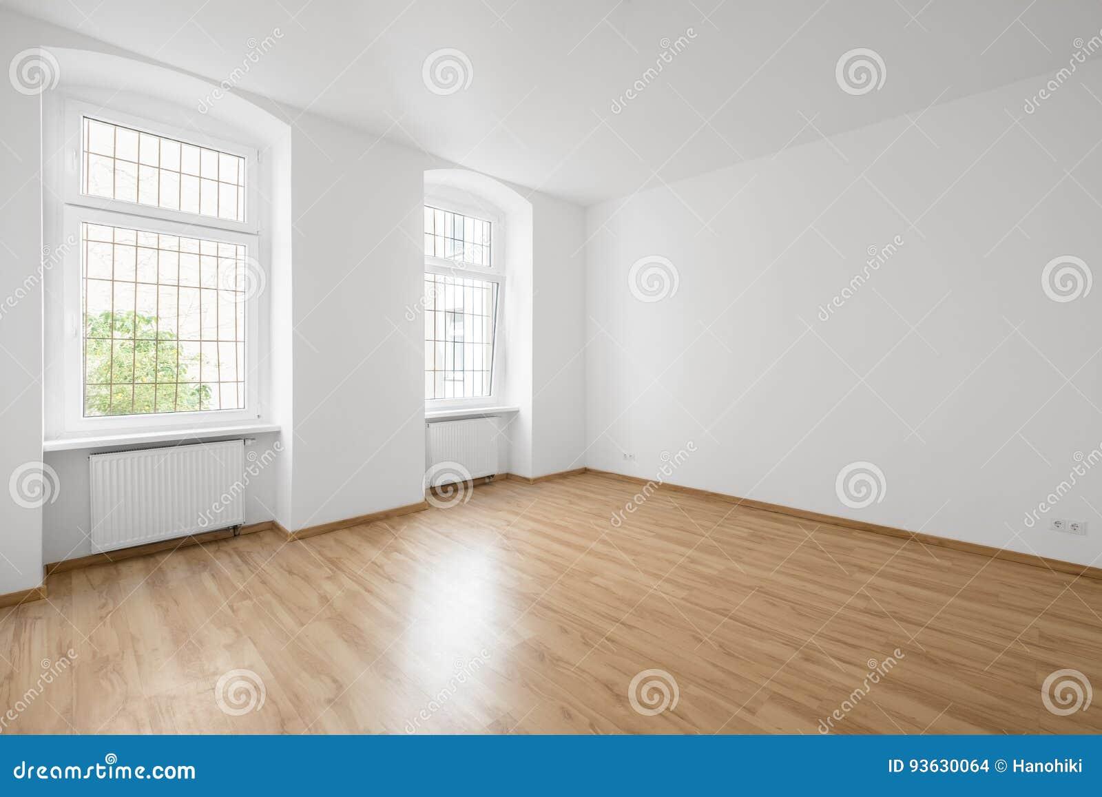 Пустая комната, деревянный пол в новой квартире