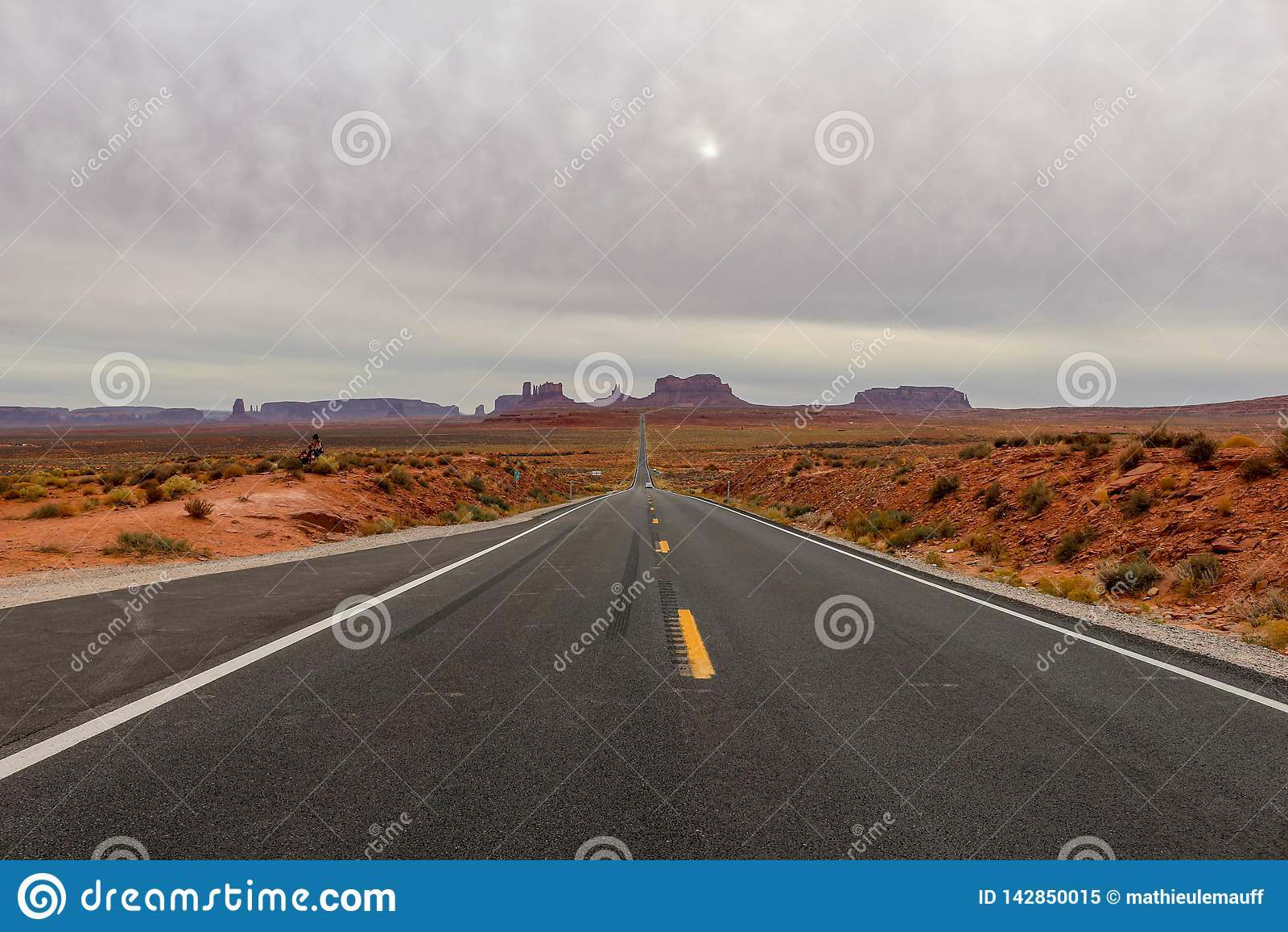 Пустая прямая дорога водя к долине памятника, Юте известной как пункт Forrest Gump