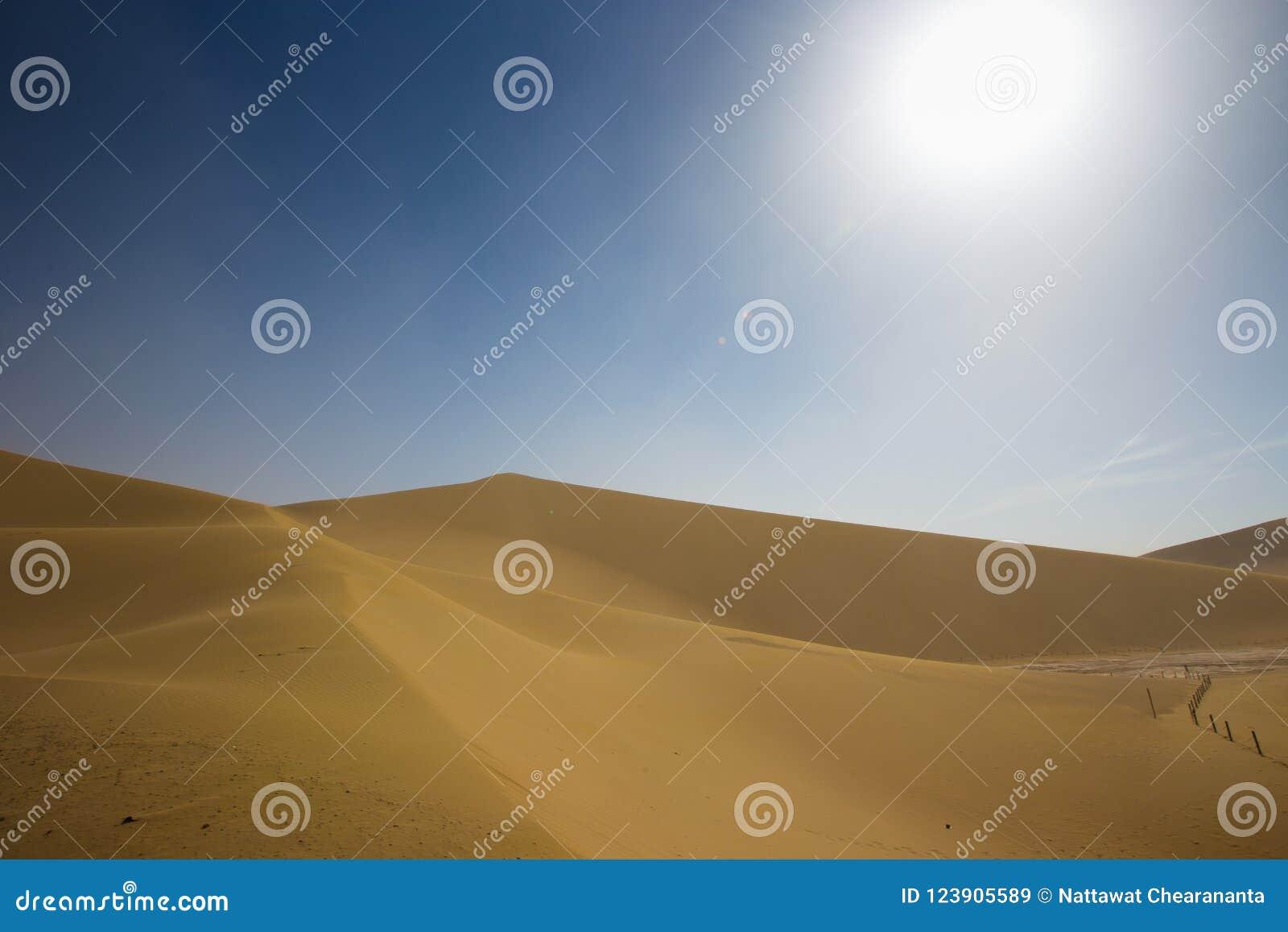 Пустая пустыня в пыльной буре над летом голубого неба на шелковом пути