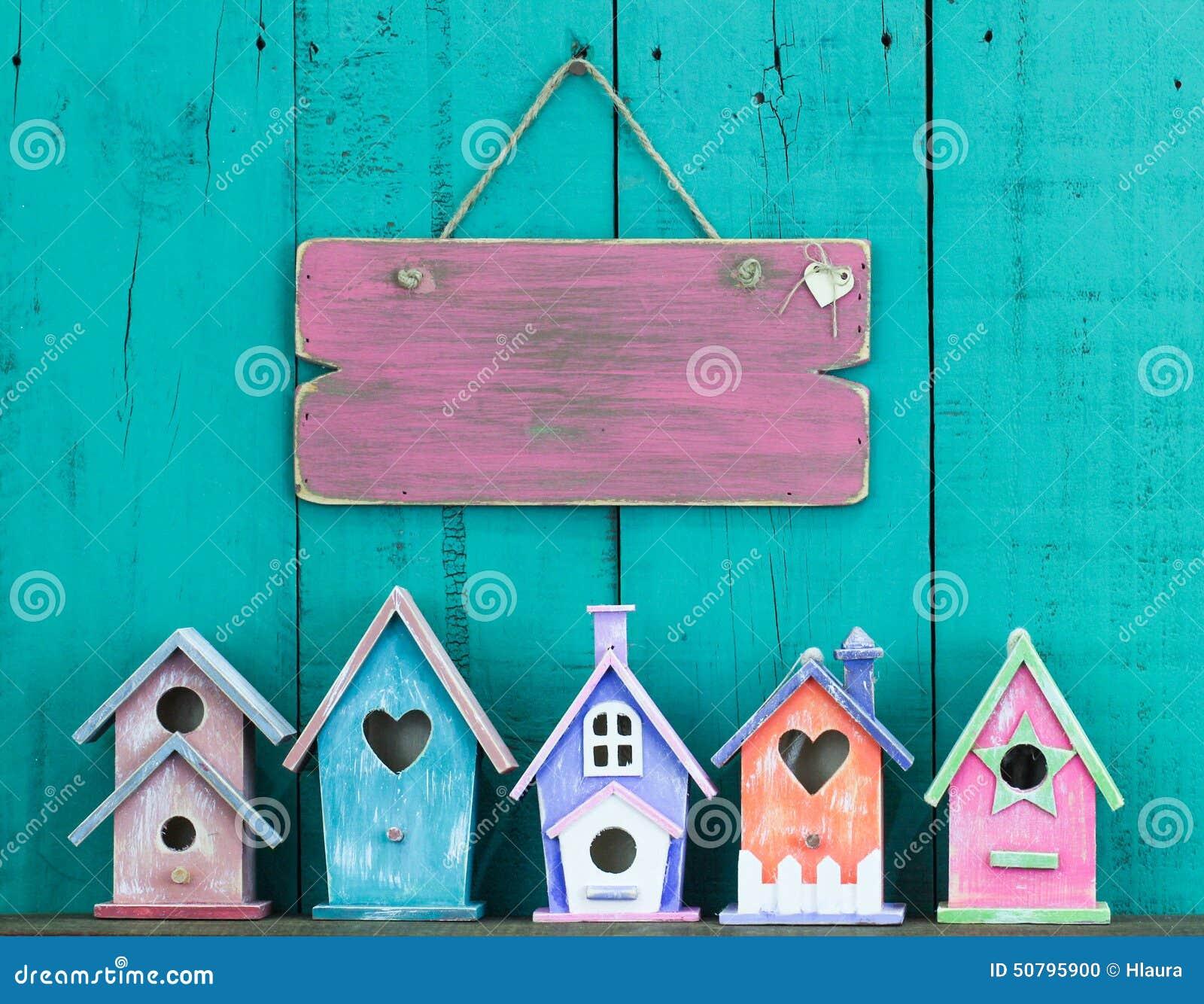 Пустая смертная казнь через повешение знака на загородке строкой birdhouses