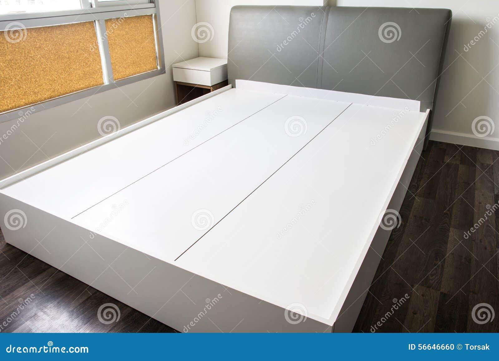 Пустая современная кровать
