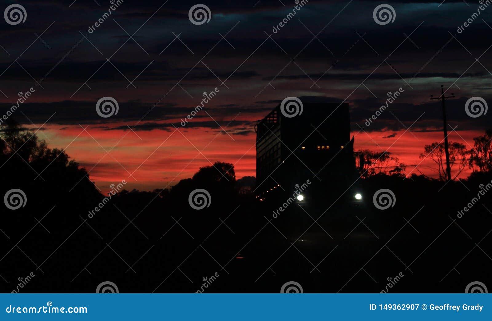 Пустая тележка скотин на заходе солнца