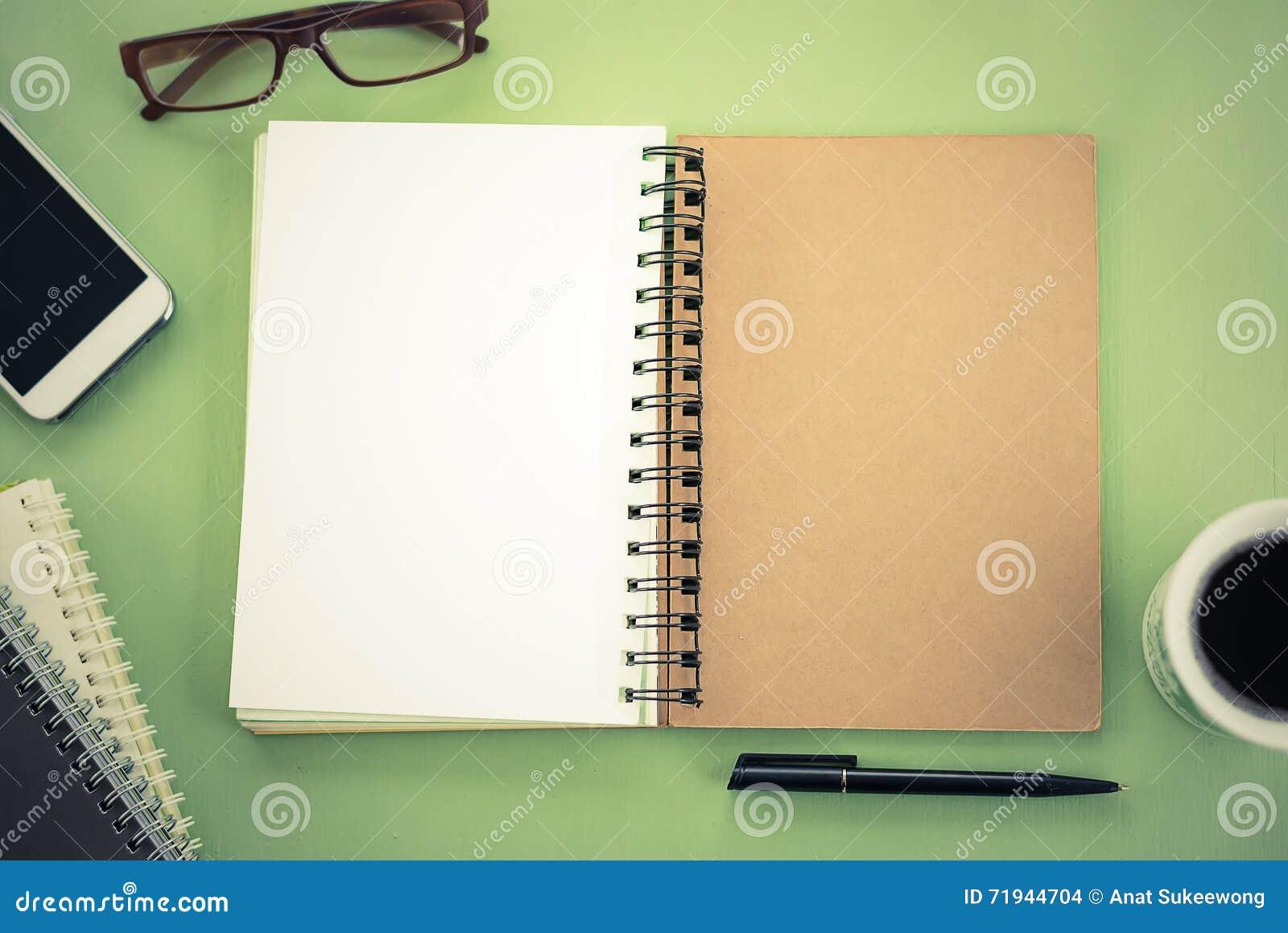 Пустая тетрадь на взгляде столешницы