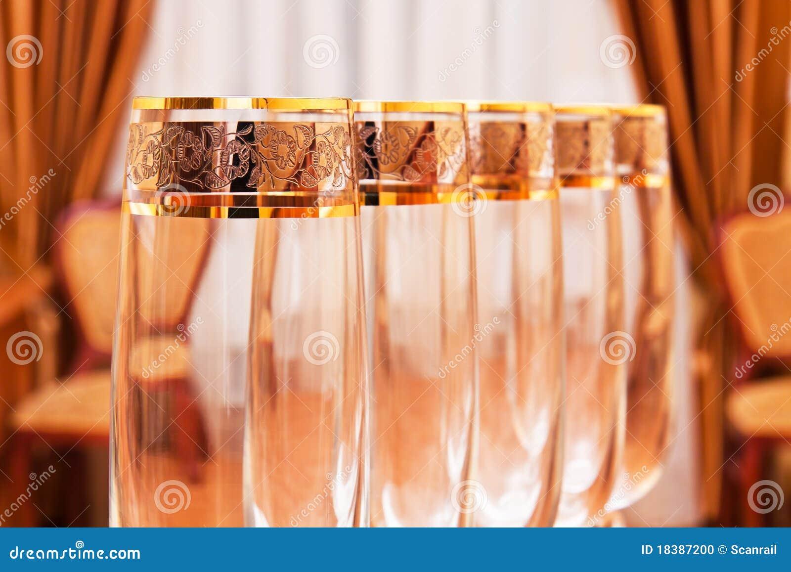 пустое вино рядка ресторана кубков