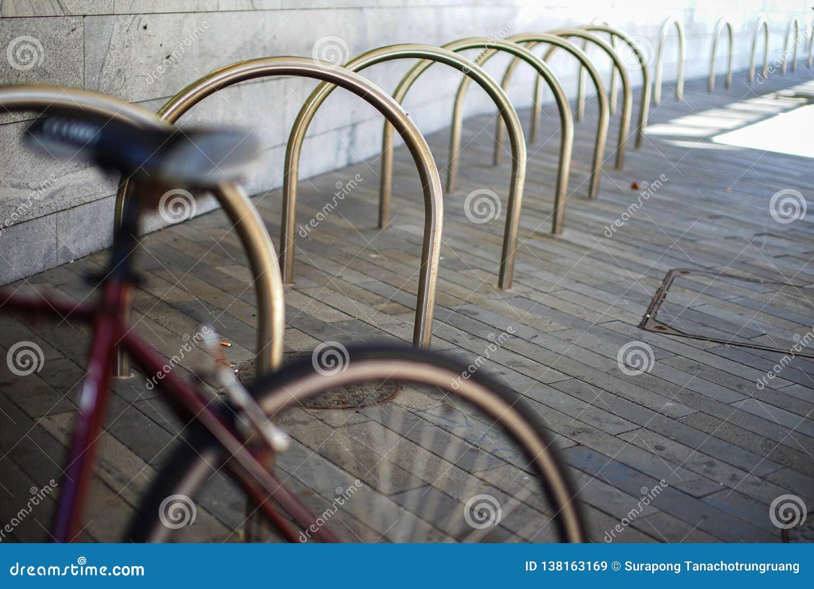 Пустое место для стоянки велосипедов под квартирой в шкафе металла