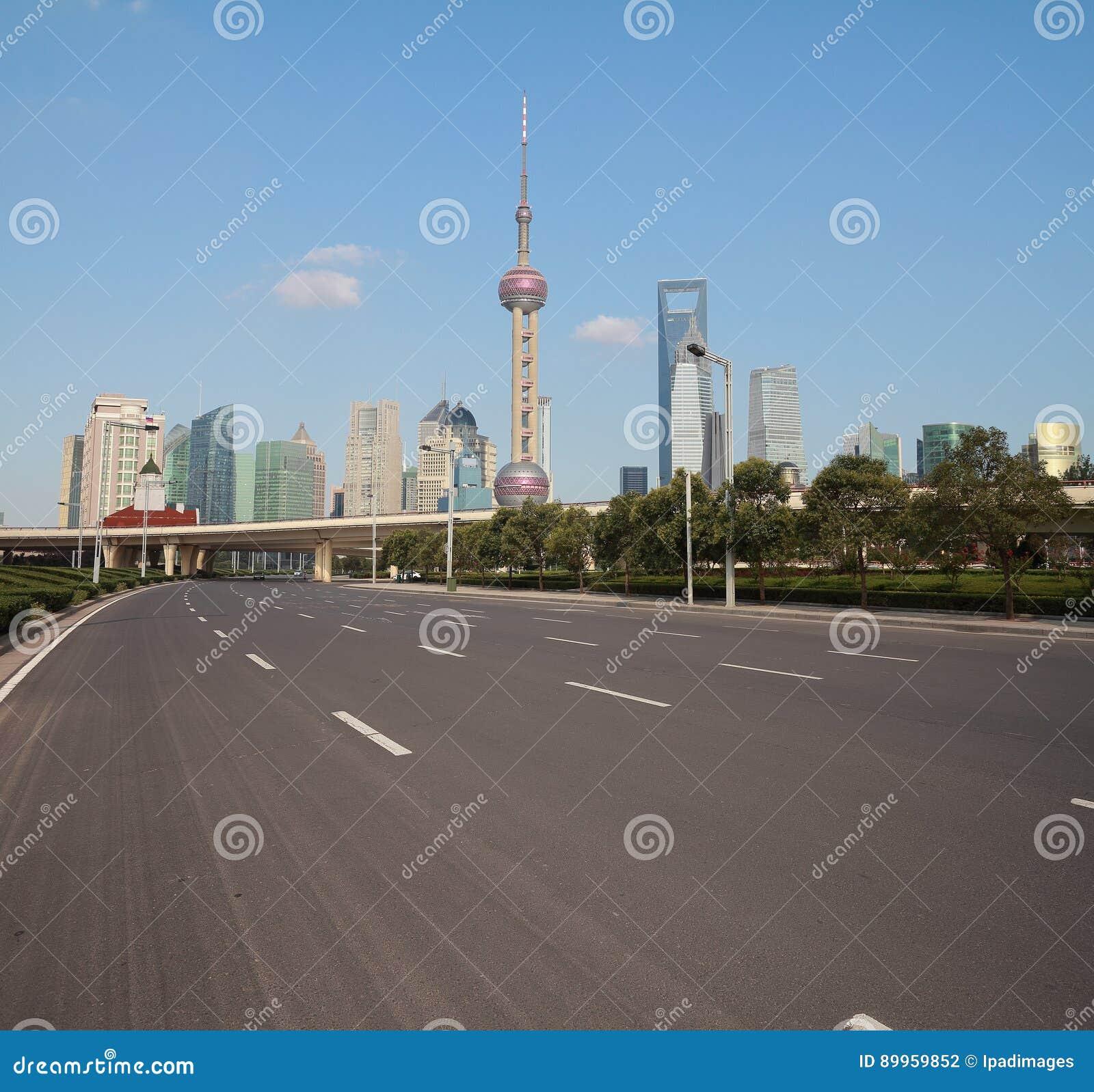 Пустое дорожное покрытие с зданиями города Шанхая Lujiazui рассветает