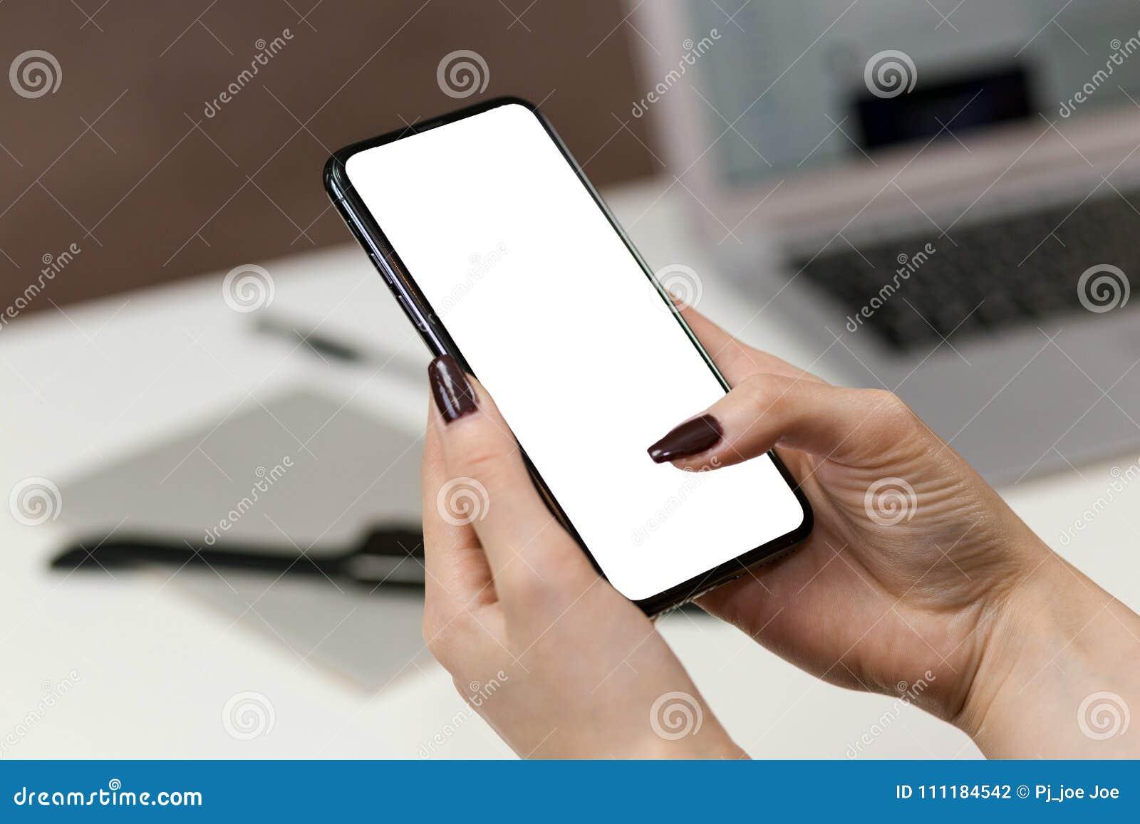 пустое удерживание руки изолировало белизну экрана мобильного телефона франтовскую