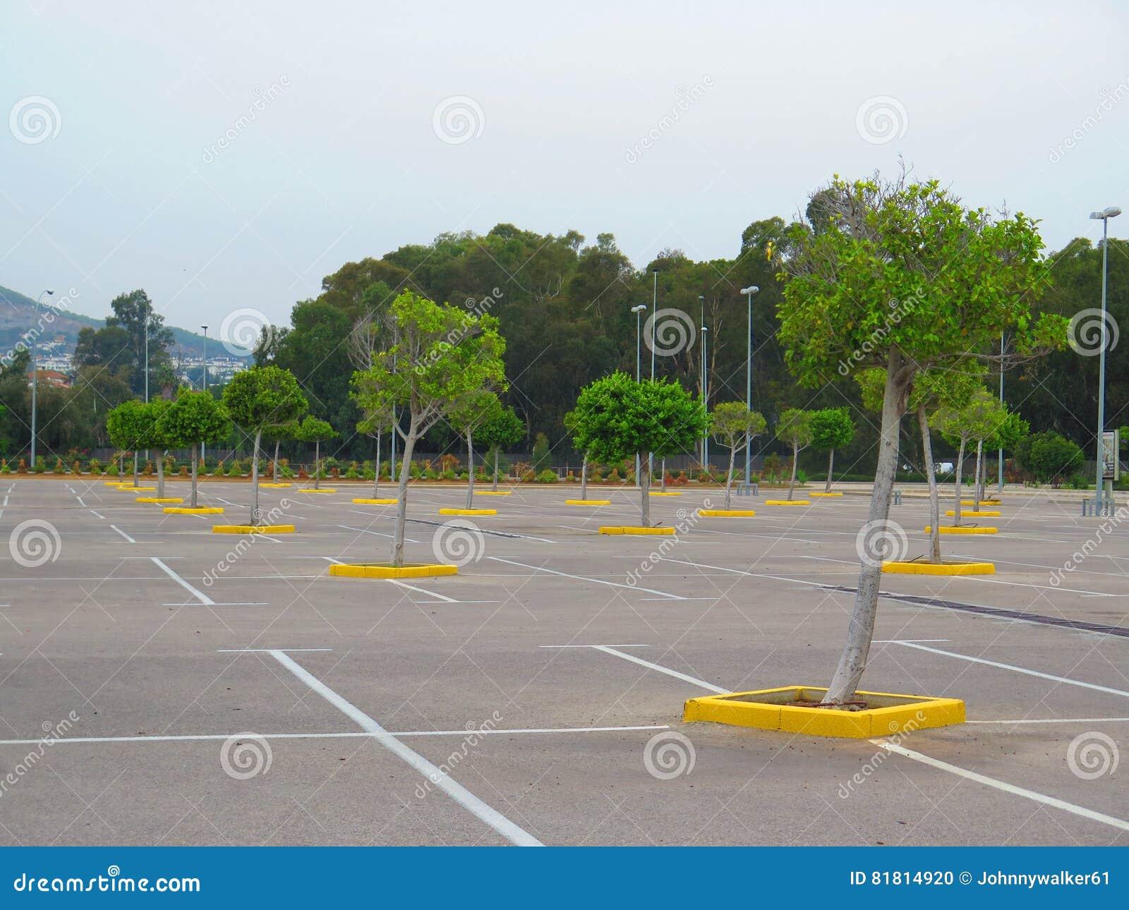 Пустое carpark в большом торговом центре