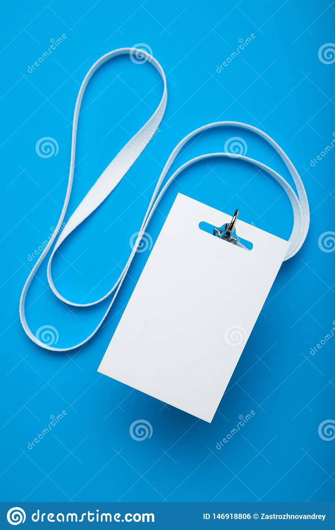 Пустой белый модель-макет значка бирки имени