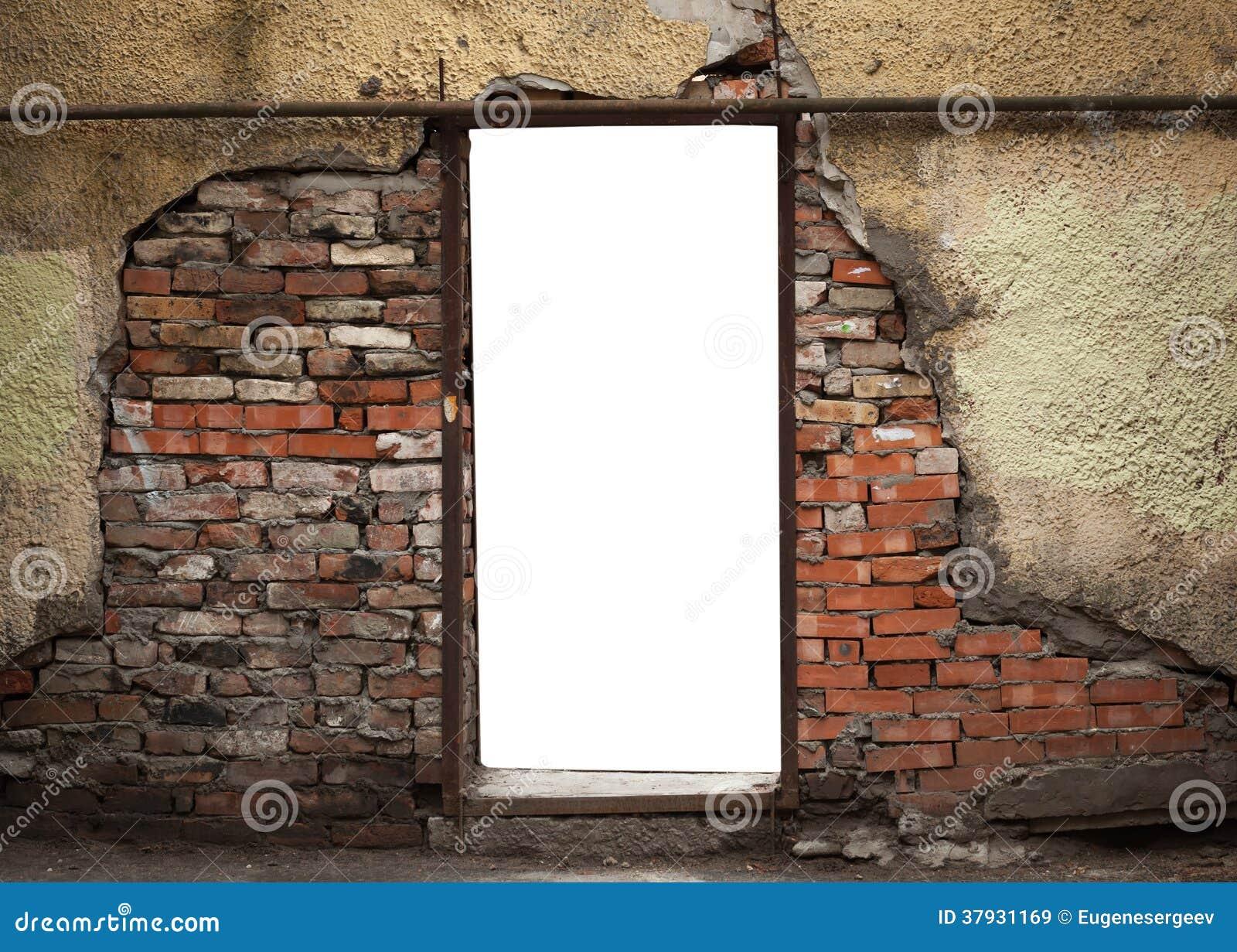 Пустой вход в старой выдержанной кирпичной стене
