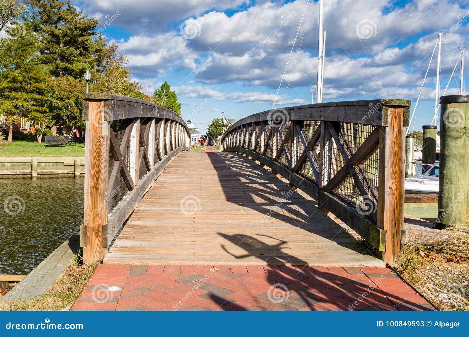 Пустой деревянный Footbridge