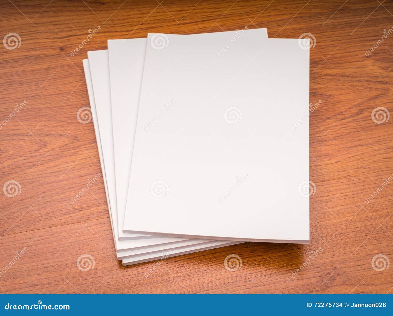 Download Пустой каталог, кассеты, насмешка книги вверх на деревянной предпосылке Стоковое Фото - изображение насчитывающей самомоднейше, bowwow: 72276734