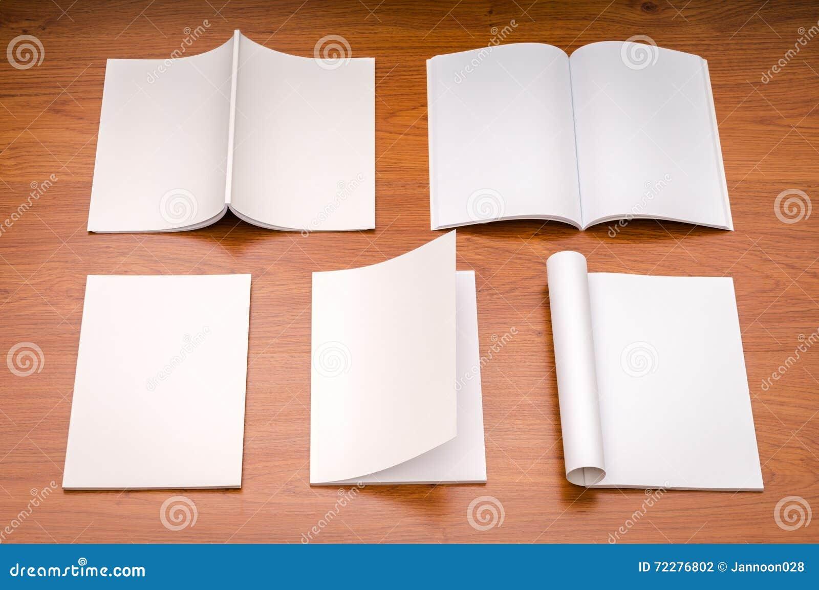 Download Пустой каталог, кассеты, насмешка книги вверх на деревянной предпосылке Стоковое Фото - изображение насчитывающей чтение, уговариваний: 72276802