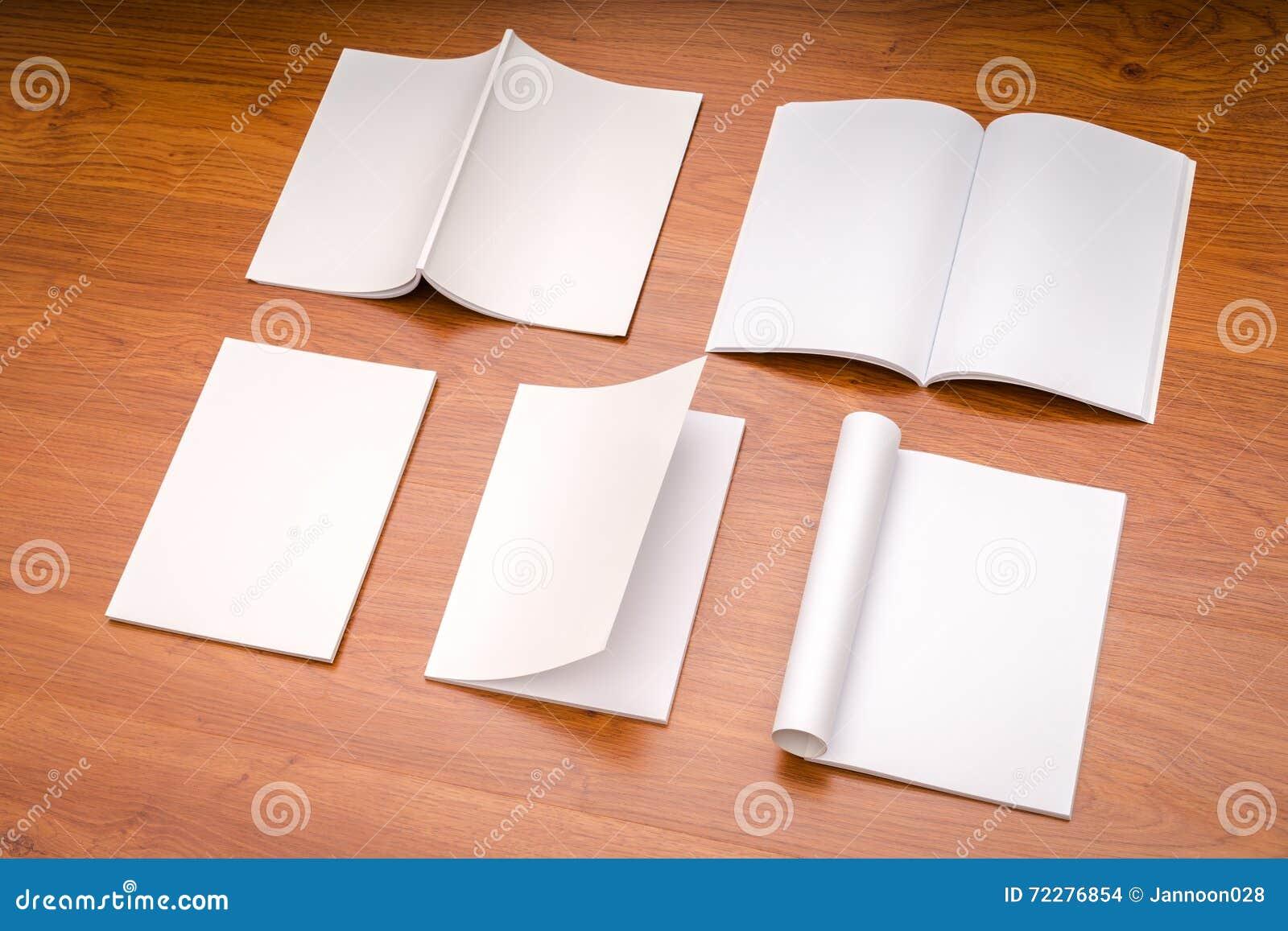 Download Пустой каталог, кассеты, насмешка книги вверх на деревянной предпосылке Стоковое Фото - изображение насчитывающей образование, крышка: 72276854