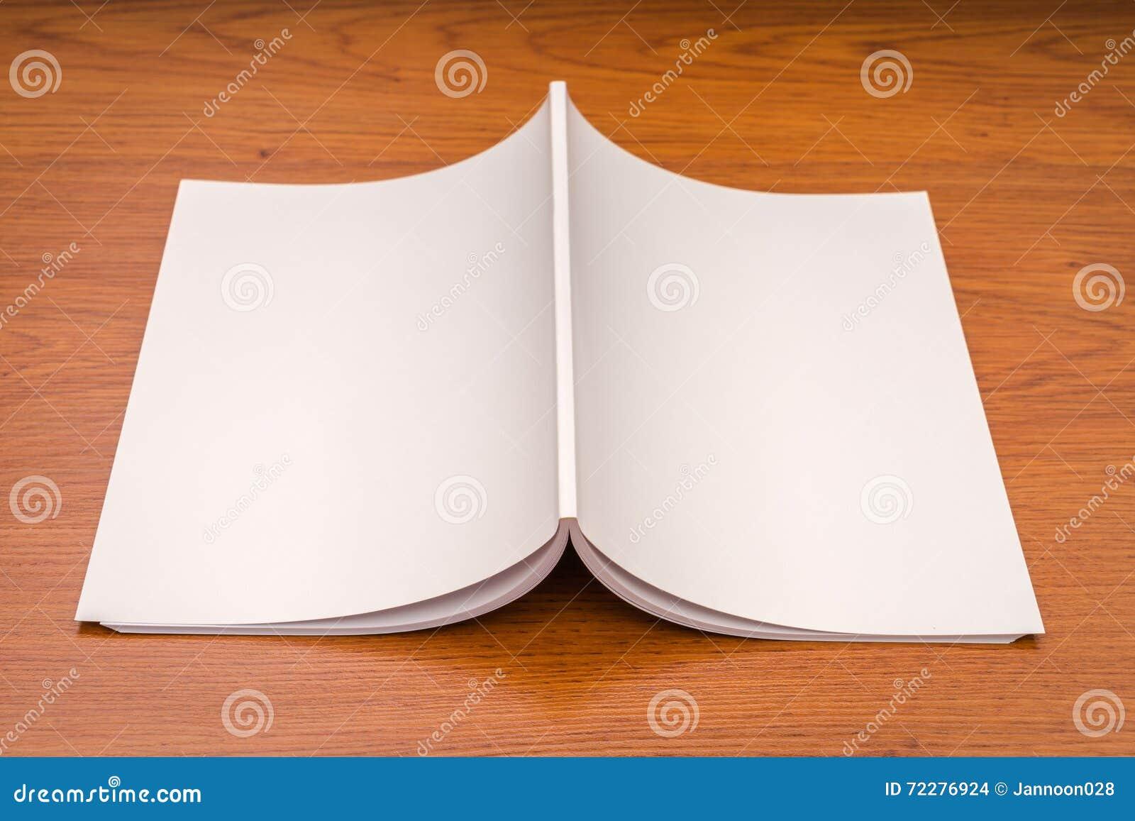 Download Пустой каталог, кассеты, насмешка книги вверх на деревянной предпосылке Стоковое Фото - изображение насчитывающей самомоднейше, опубликовывать: 72276924