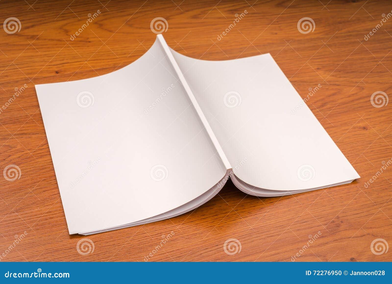 Download Пустой каталог, кассеты, насмешка книги вверх на деревянной предпосылке Стоковое Фото - изображение насчитывающей опубликовывать, крышка: 72276950
