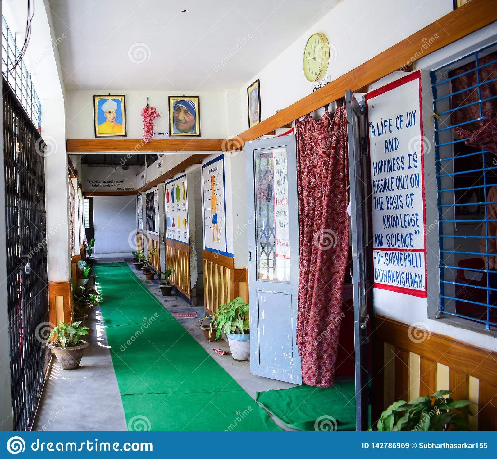 Пустой коридор школы детского сада