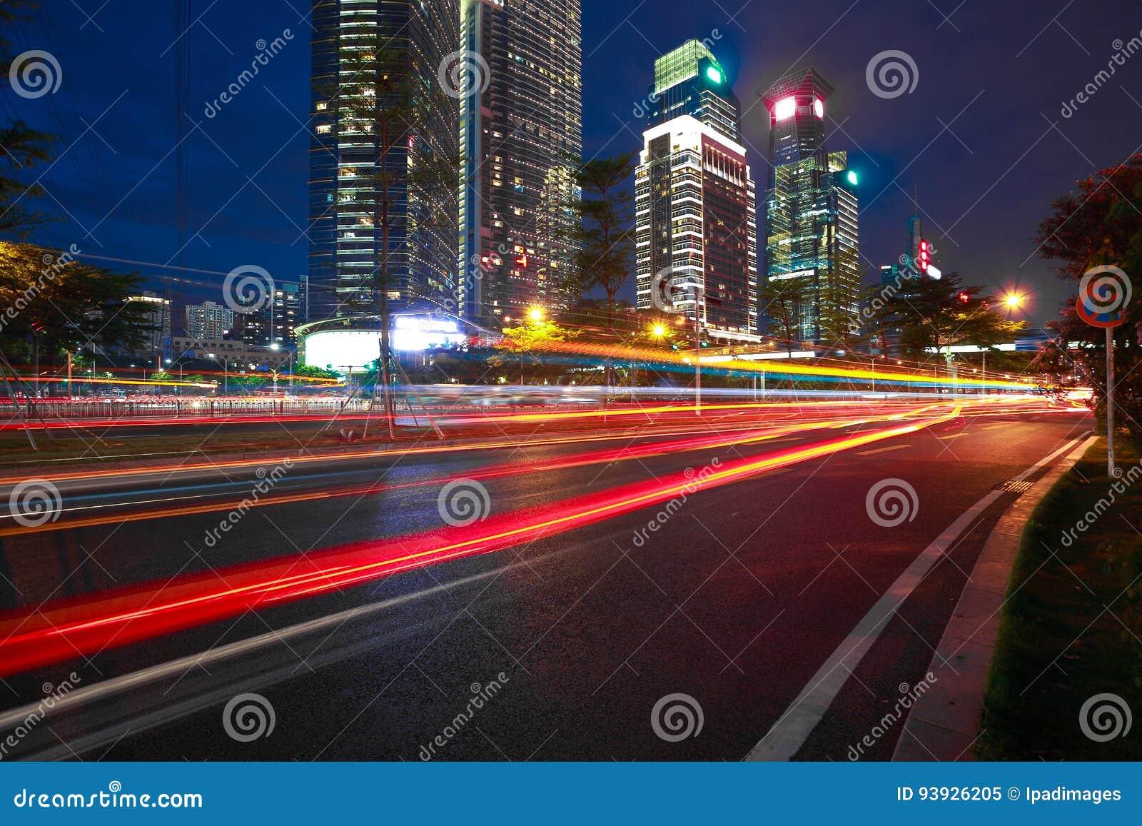 Пустой пол дорожного покрытия с современными предпосылками архитектуры ориентир ориентира города сцены ночи