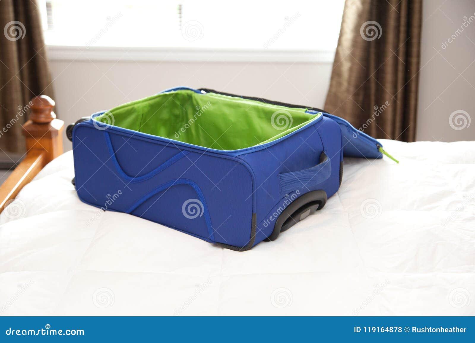 Пустой чемодан на кровати