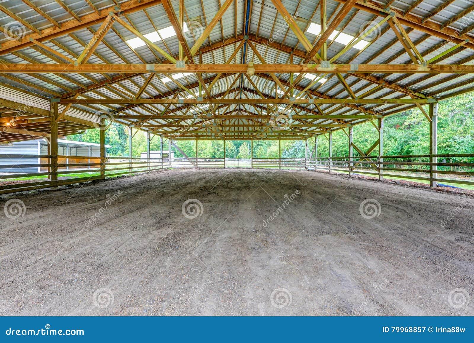 Пустой paddock с укрытием в ферме лошади