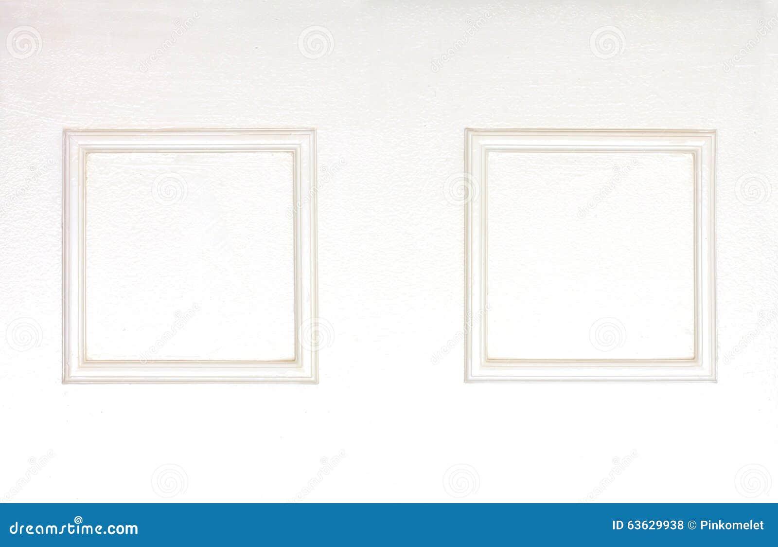 Пустые рамки фото на деревянной белизне clolred стена