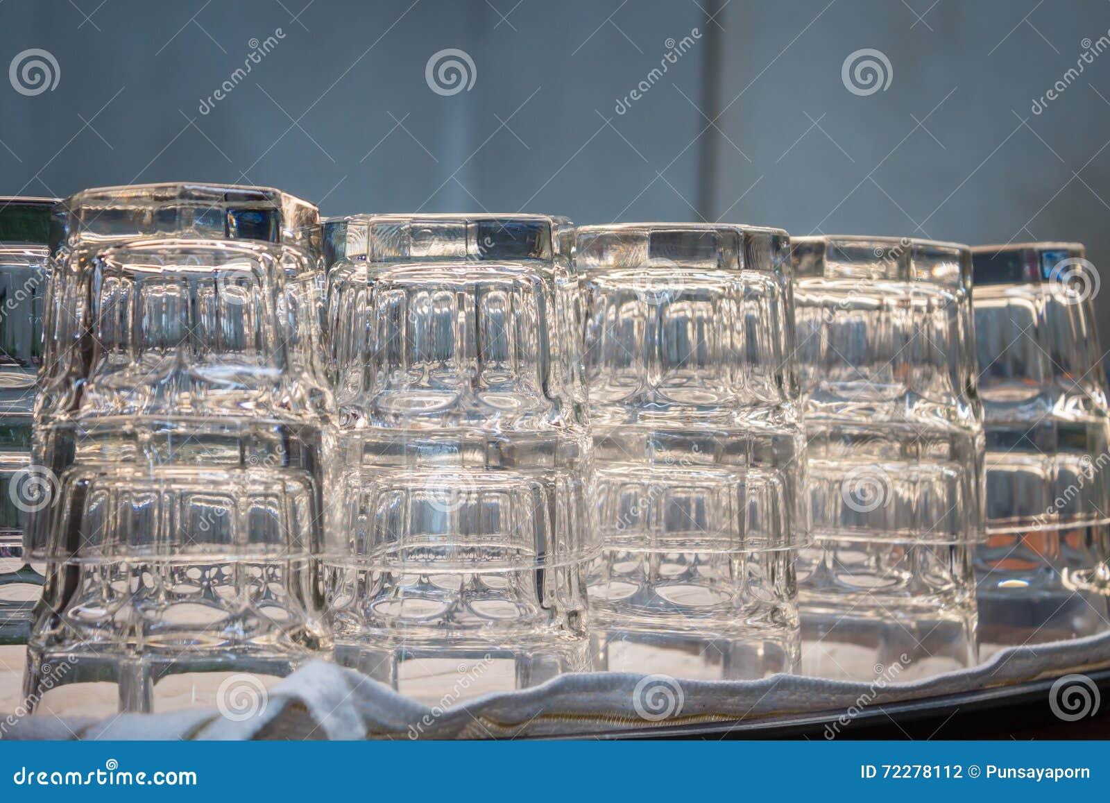 Download Пустые стекла в кофейне стоковое фото. изображение насчитывающей кружка - 72278112