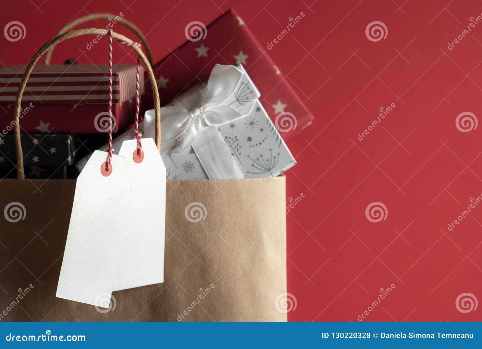 2 пустых бирки и сумка вполне подарков