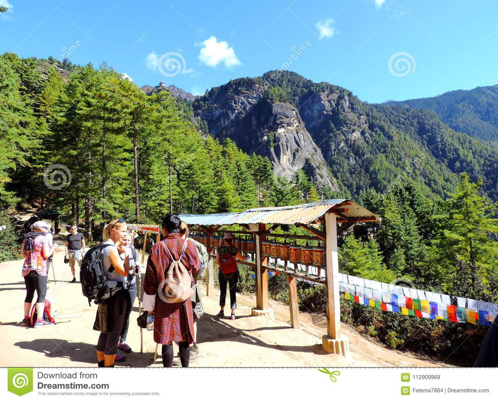 Путешественники к Paro Taktsang Бутана