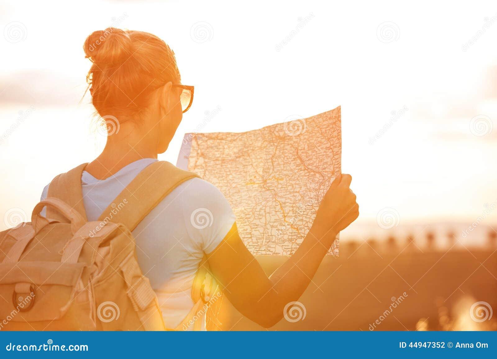 путешественник девушки счастливый