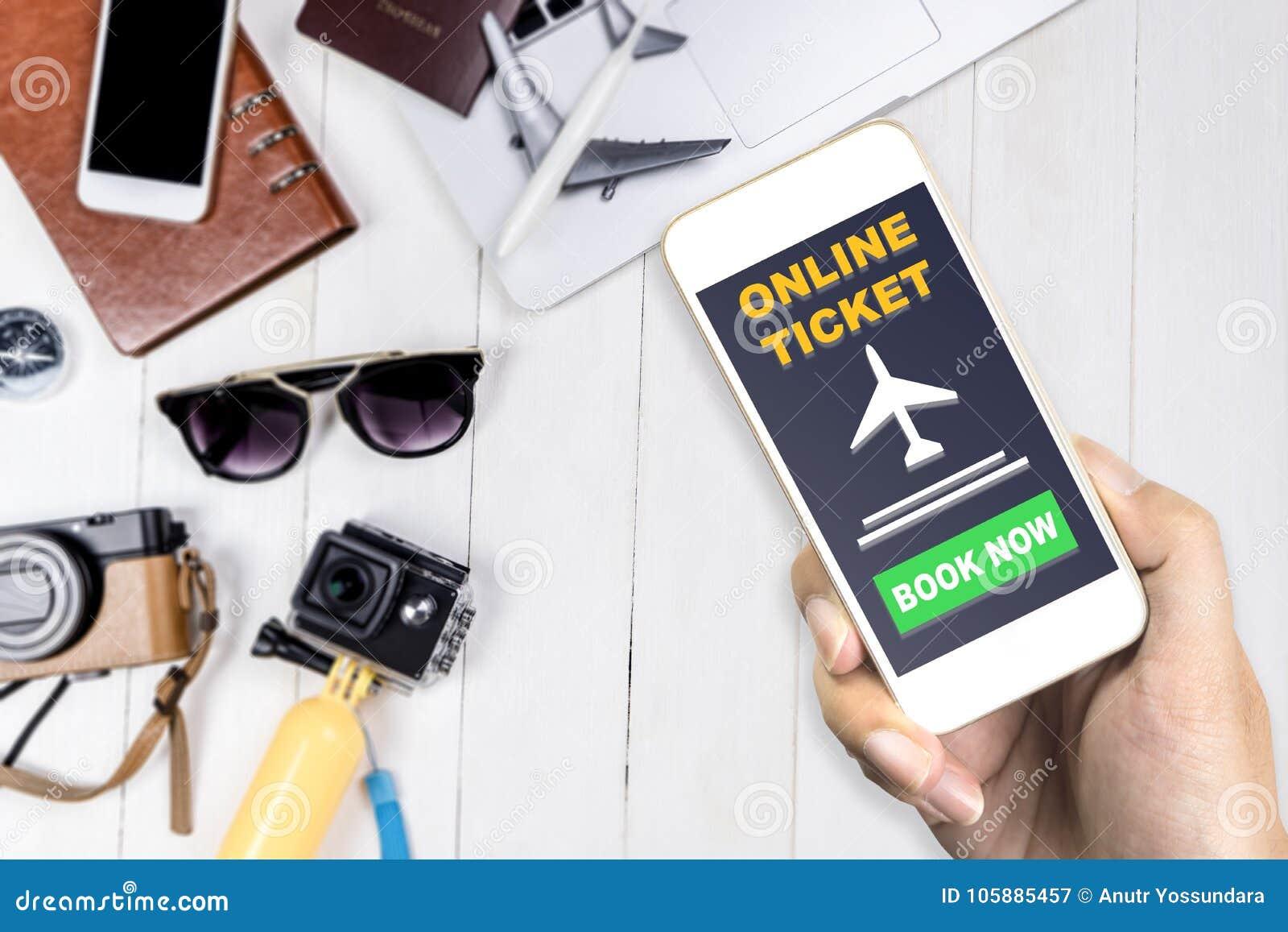 Путешественник используя его мобильный телефон для того чтобы записать билет полета