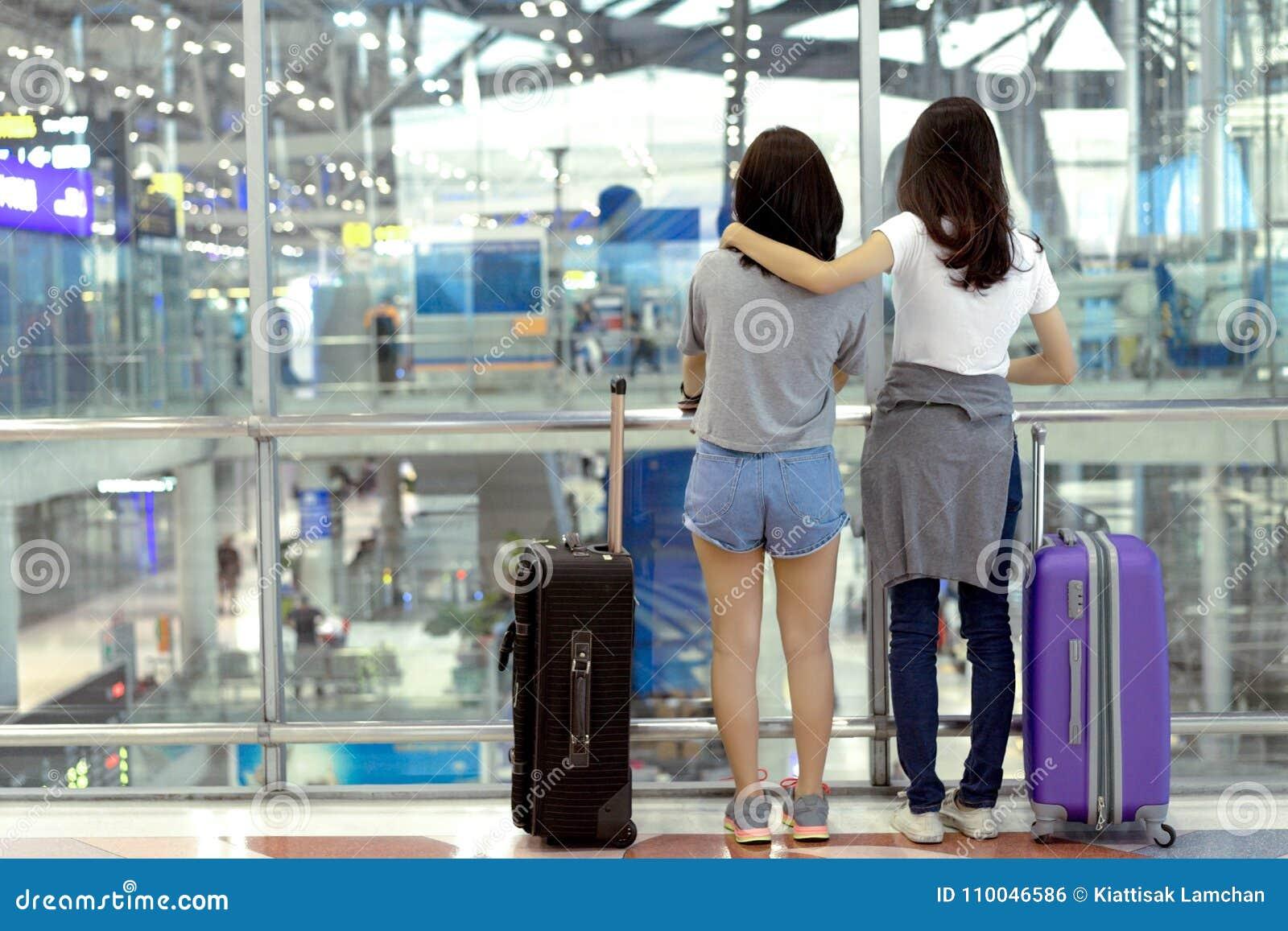Путешественник маленькой девочки азиатский совместно укладывает рюкзак