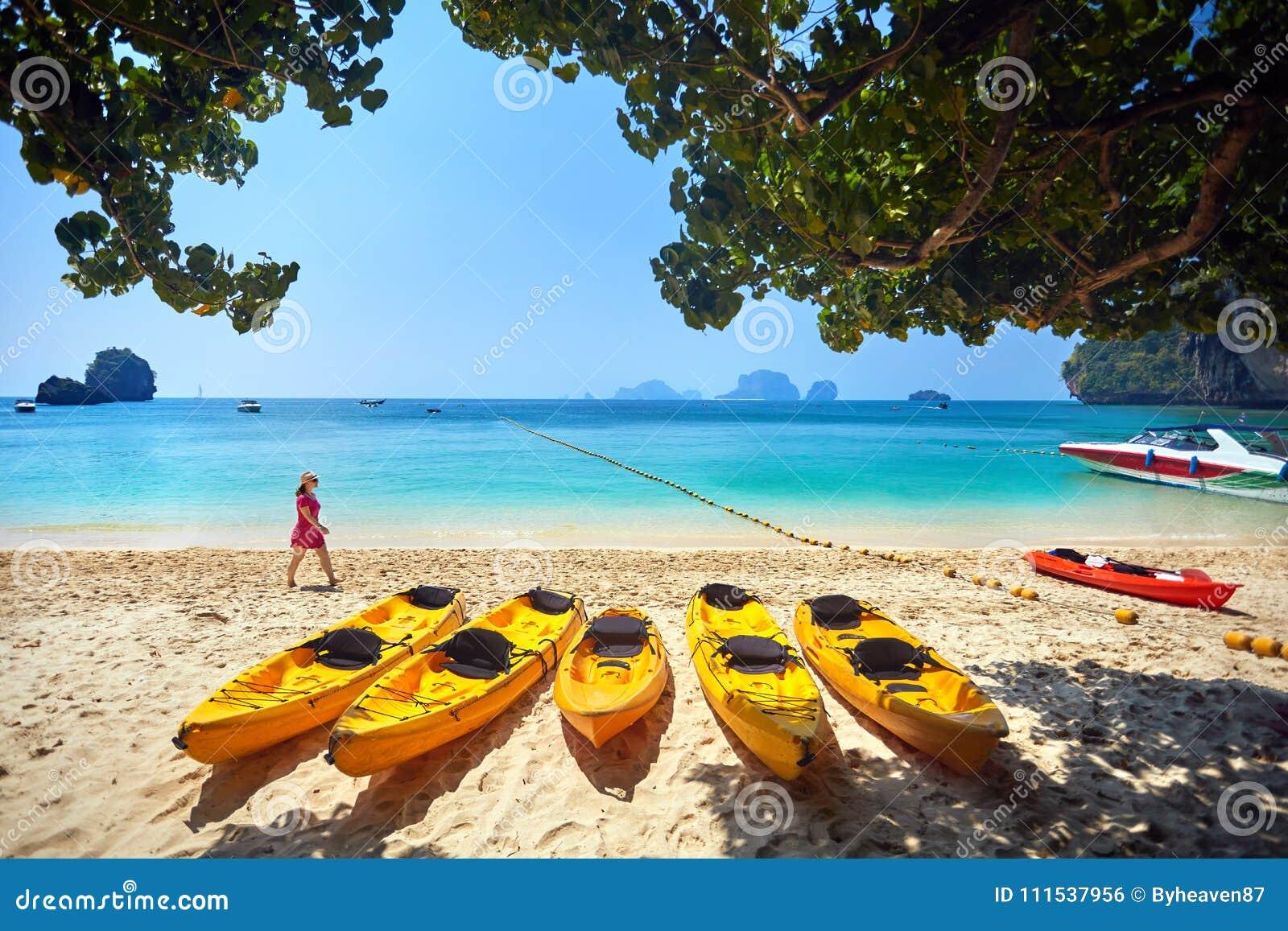 Путешественник на пляже в Таиланде