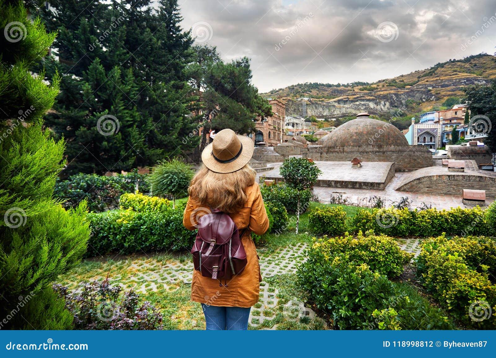 Путешественник на районе Abanotubani Тбилиси