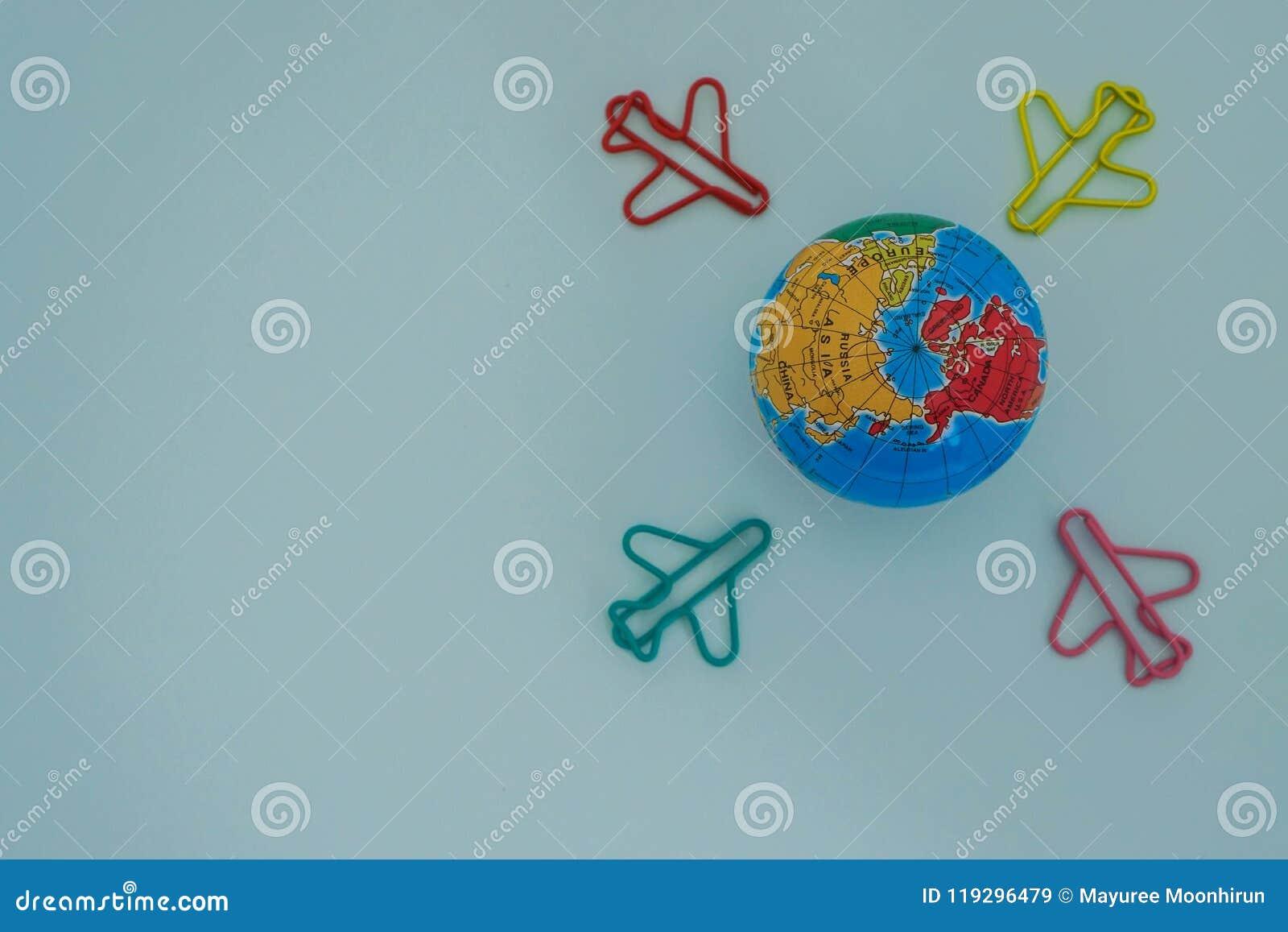 Путешествуйте и исследуйте фокус концепции мира селективный на глобусе с самолетом воздуха