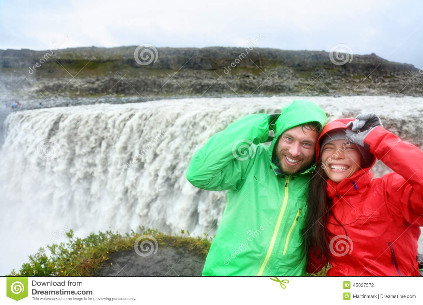 Путешествуйте потеха пар водопадом Dettifoss, Исландией