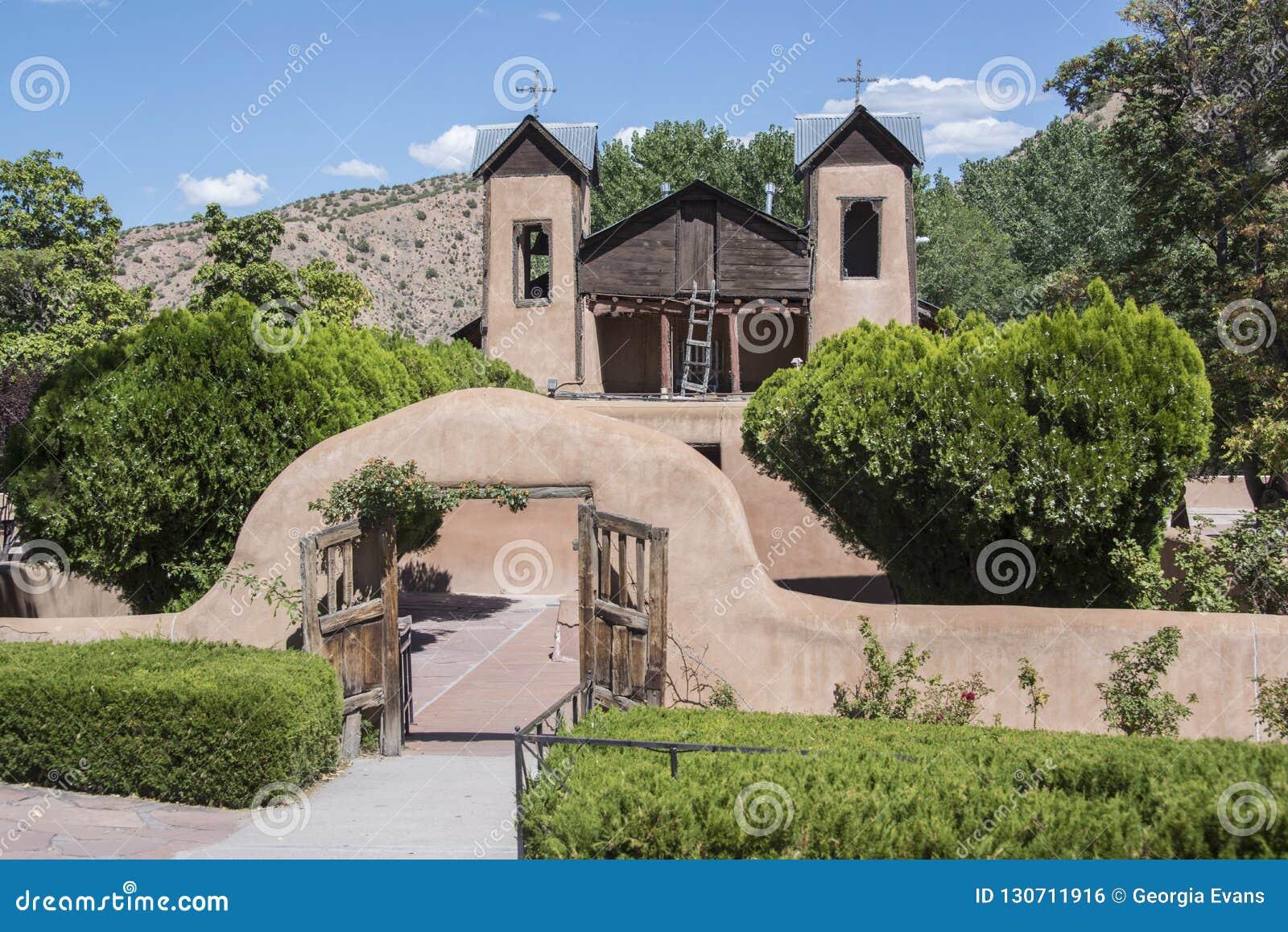 Путь входа Santuario De Chimayo исторический в часовню ориентира римско-католической церков самана в Неш-Мексико место паломничес