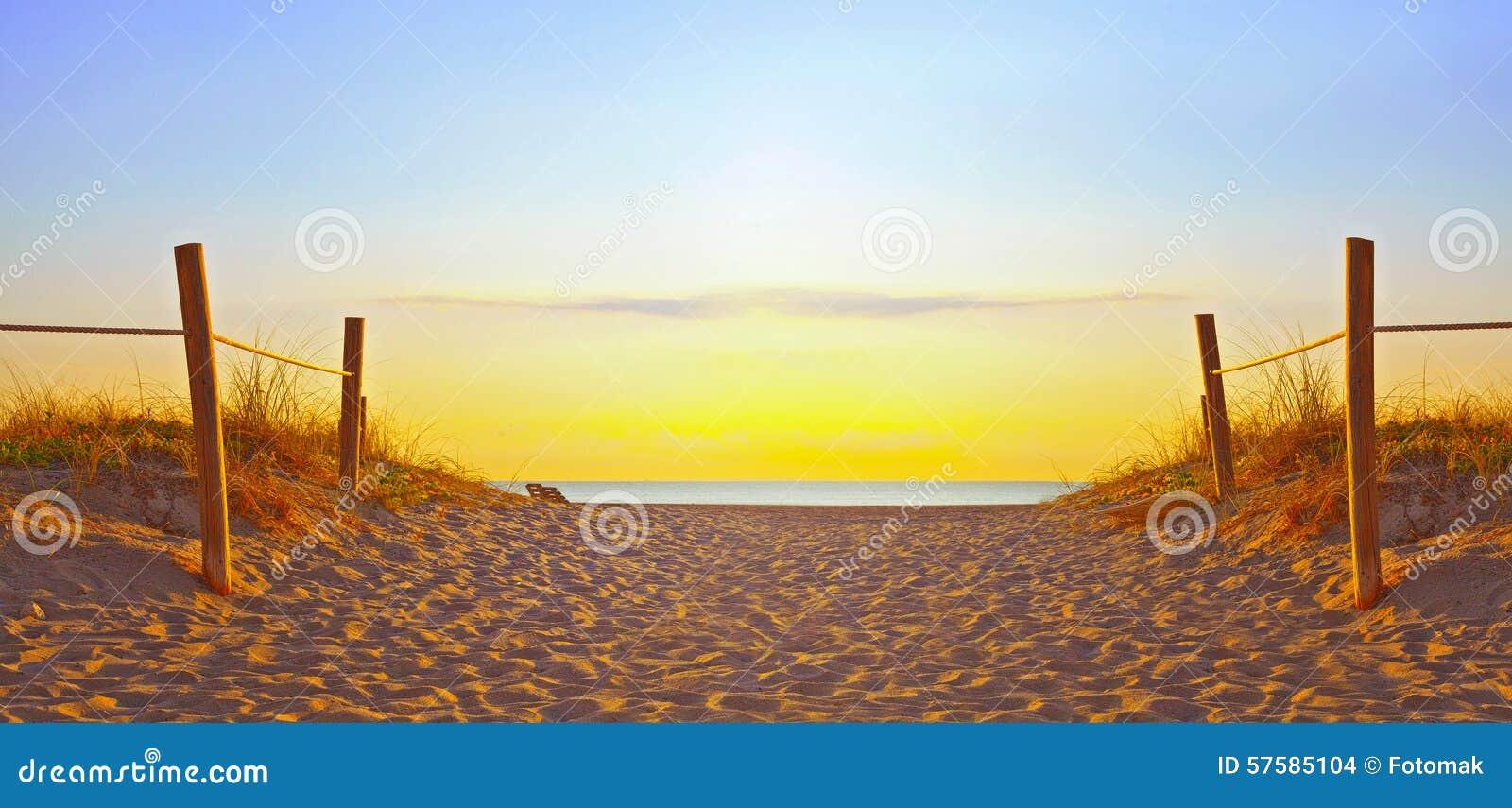 Путь на песке идя к океану в Miami Beach Флориде