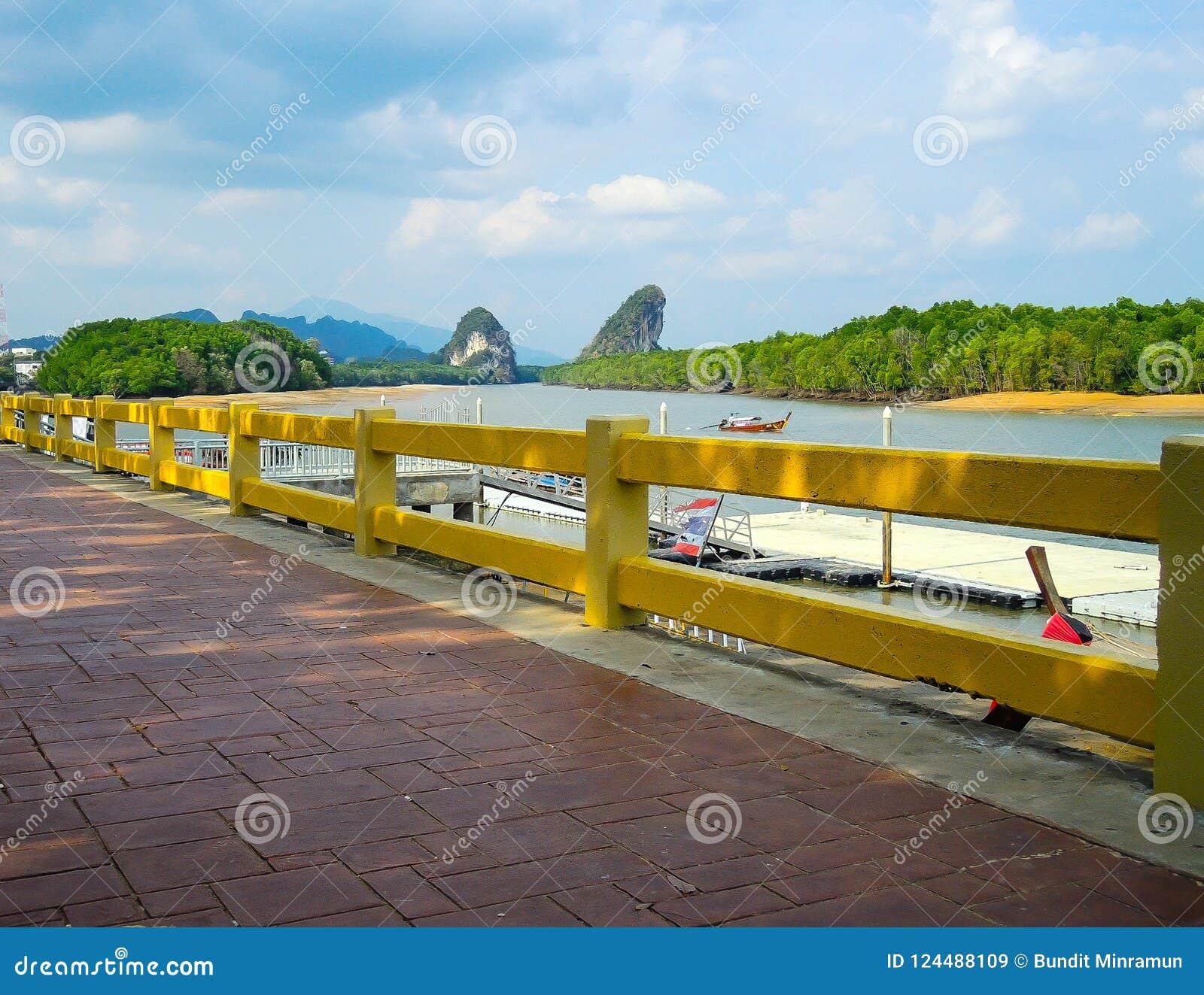 Путь пути красного кирпича с сценарным горным видом портового района в Krabi, Таиланде