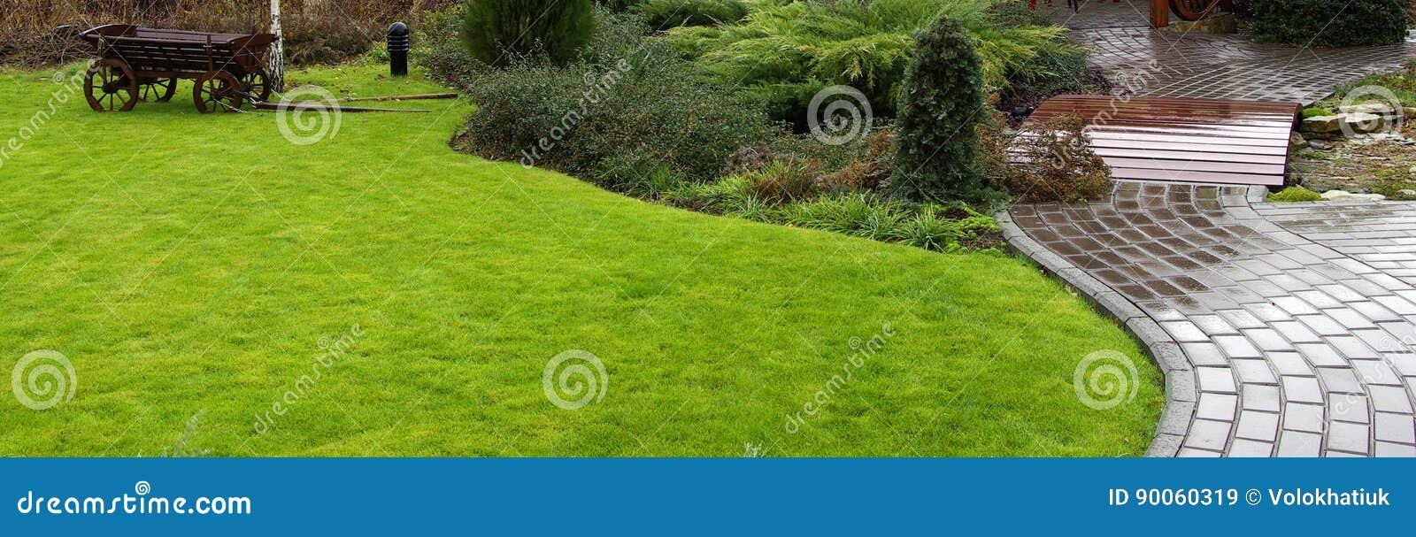 Путь сада с травой