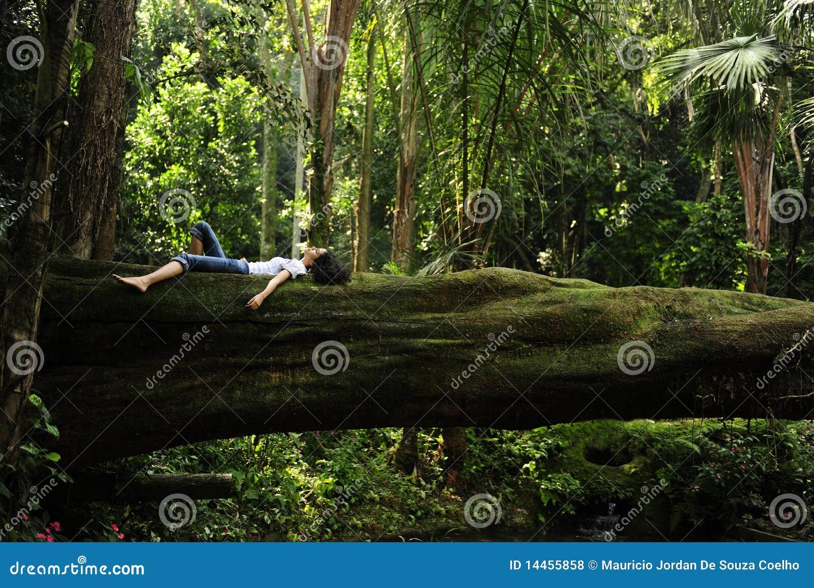 пуща ослабляя тропическую женщину