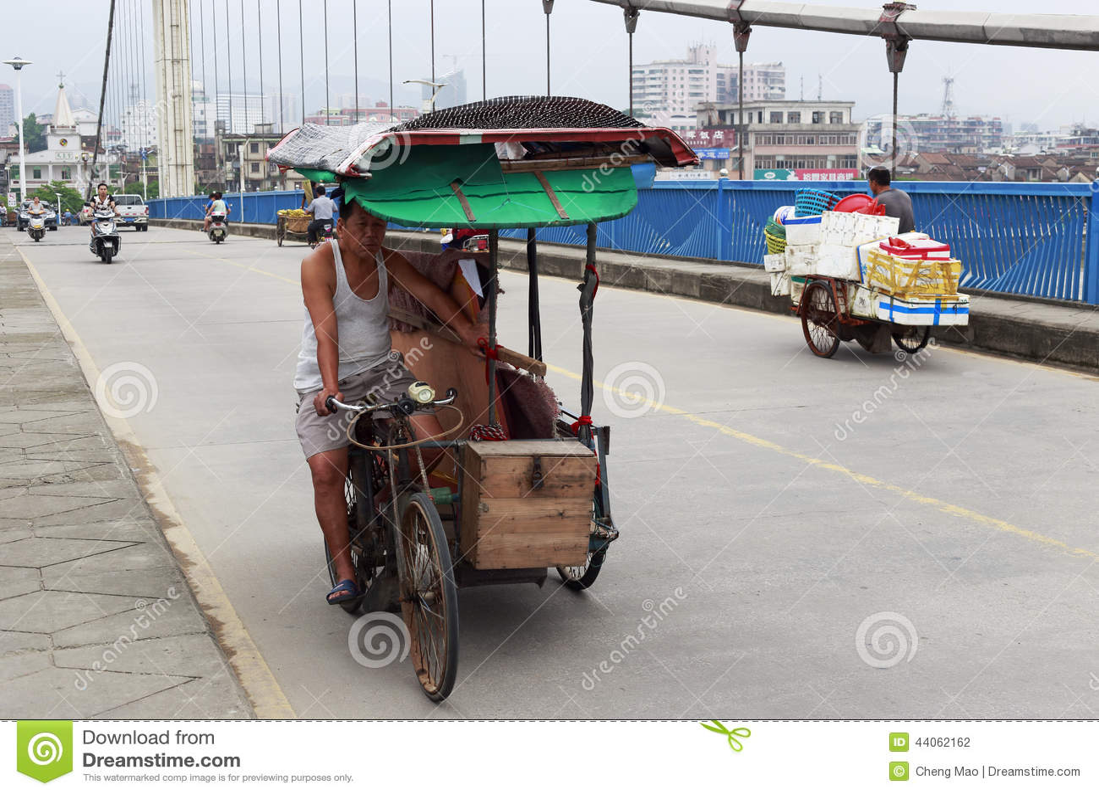 Пулеры рикши едут трицикл силы человека на мосте jingjiang