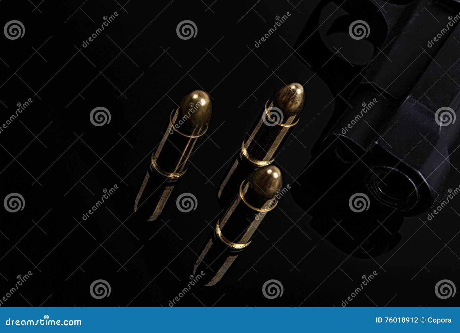 Пули и оружие на черной предпосылке