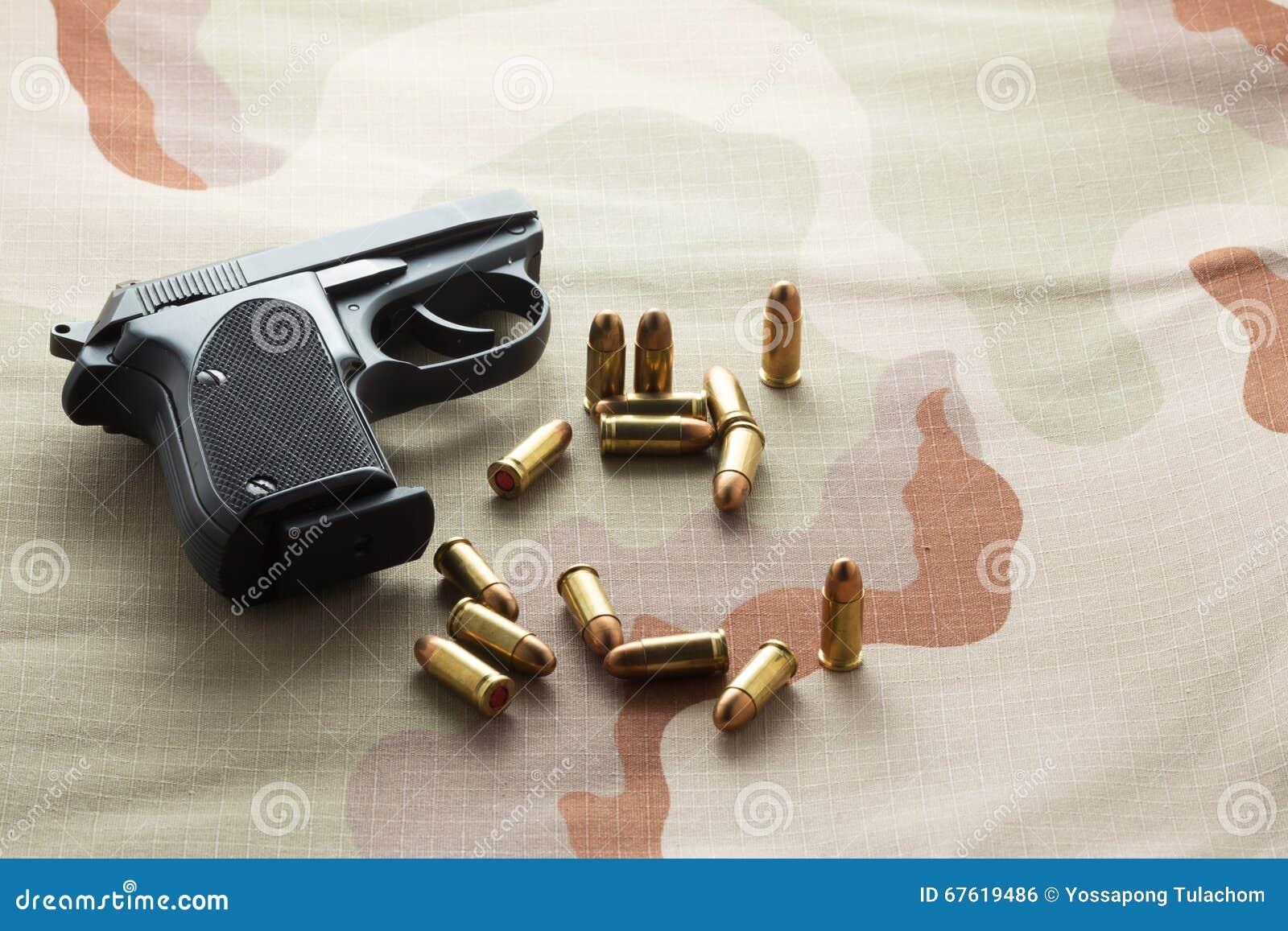 Пули и черный пистолет оружия