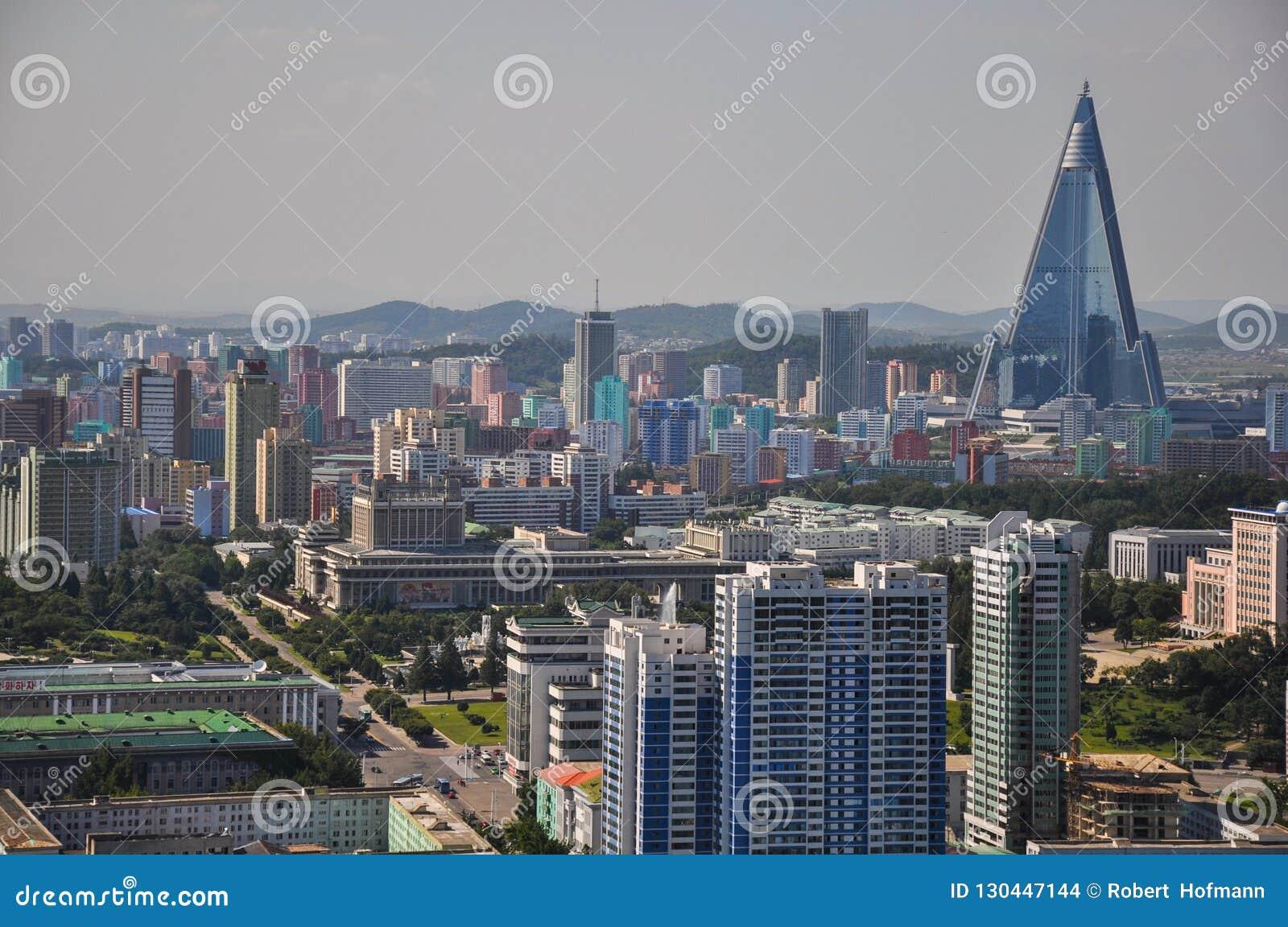Пхеньян, Север-Корея, 09/07/2018: Гостиница Ryugyong с новым фасадом