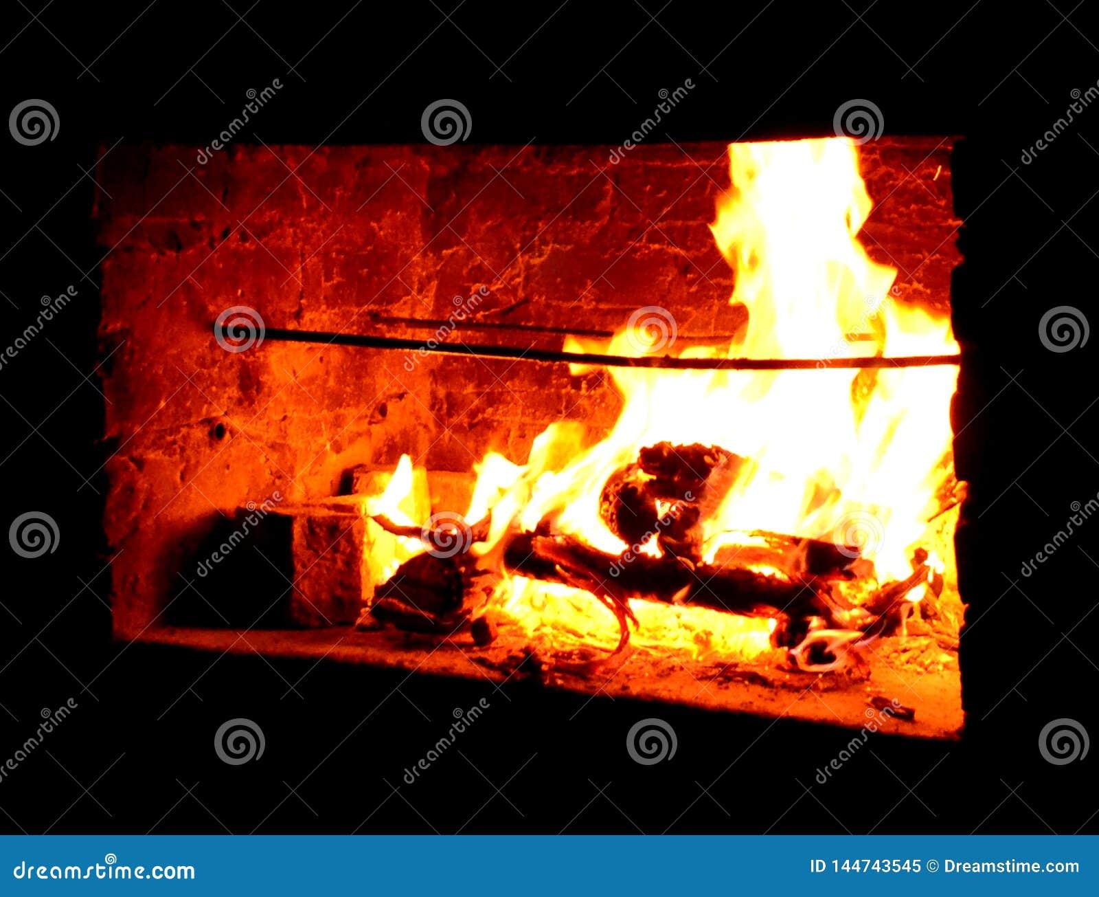 Пылая горячий на открытом воздухе камин